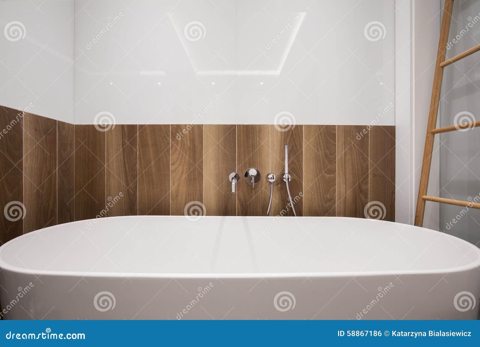 Stort badkar i badrum arkivfoto   bild: 57093654