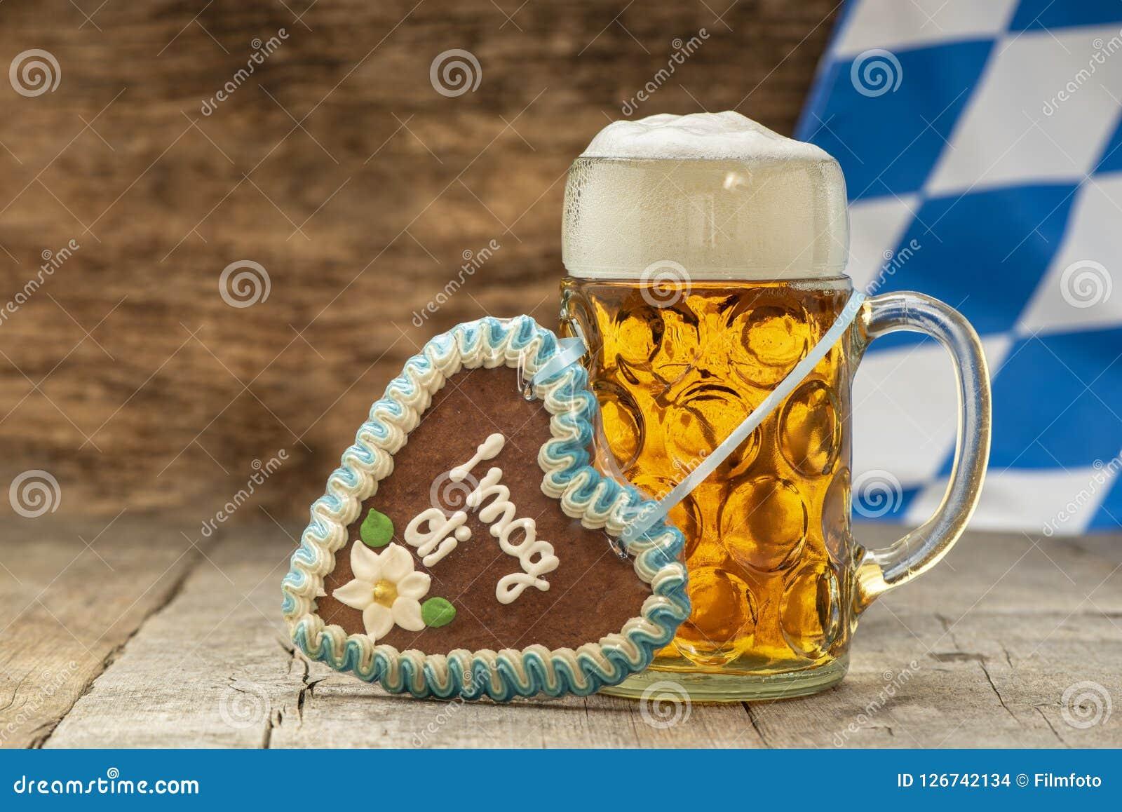 Stort exponeringsglas av lageröl i Bayern på Oktoberfest i Munich