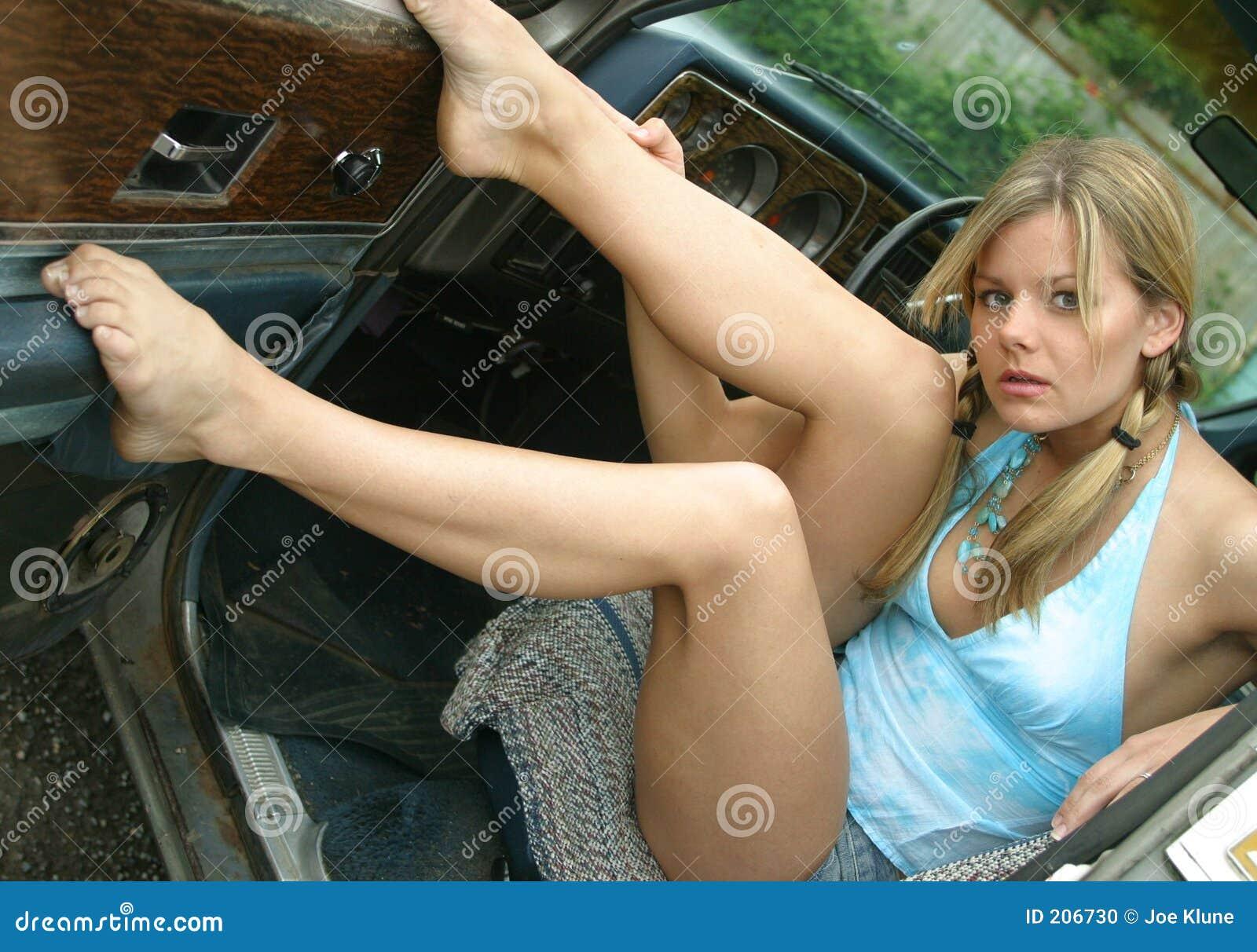 Stort gulligt gal. henne ben av uppvisning