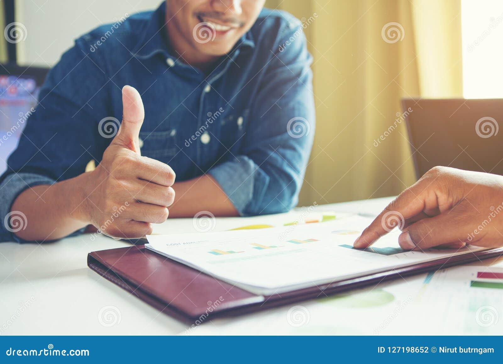 Stort jobb Anställd i kontoret efter granskningdokument och enco