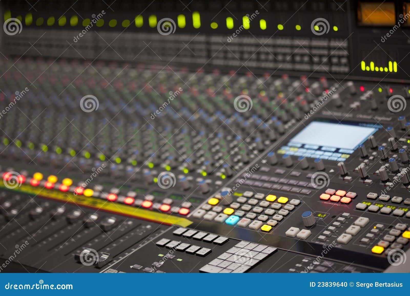 Stort musikblandareskrivbord i registreringsstudio
