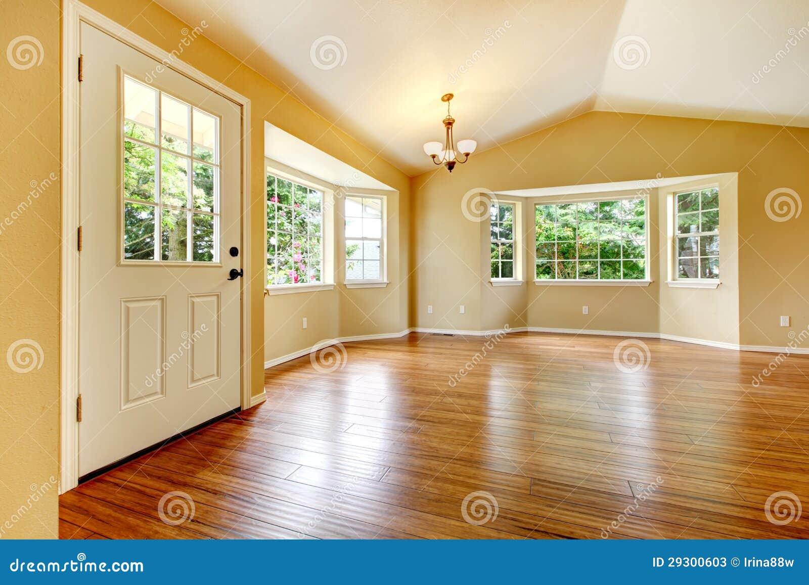 Stort töm nyligen omdanat vardagsrum med trä däckar.