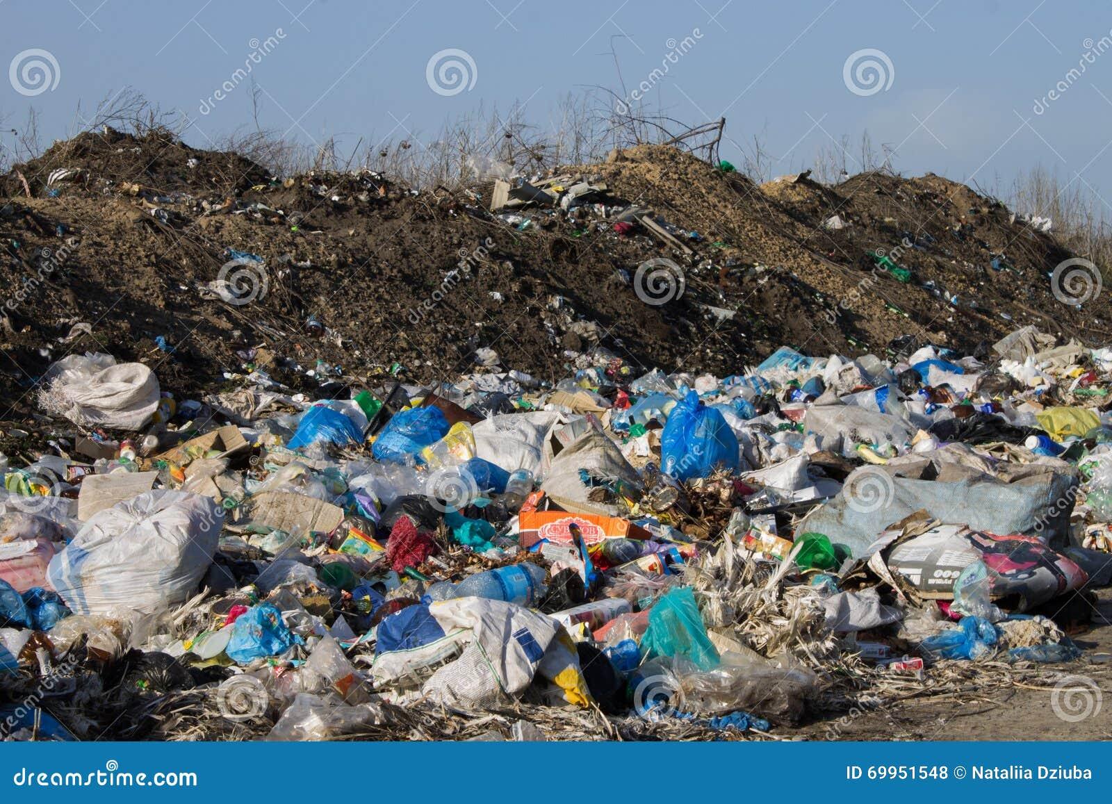 Stortplaatshoop van huisvuil en afval ecologische crisisfoto