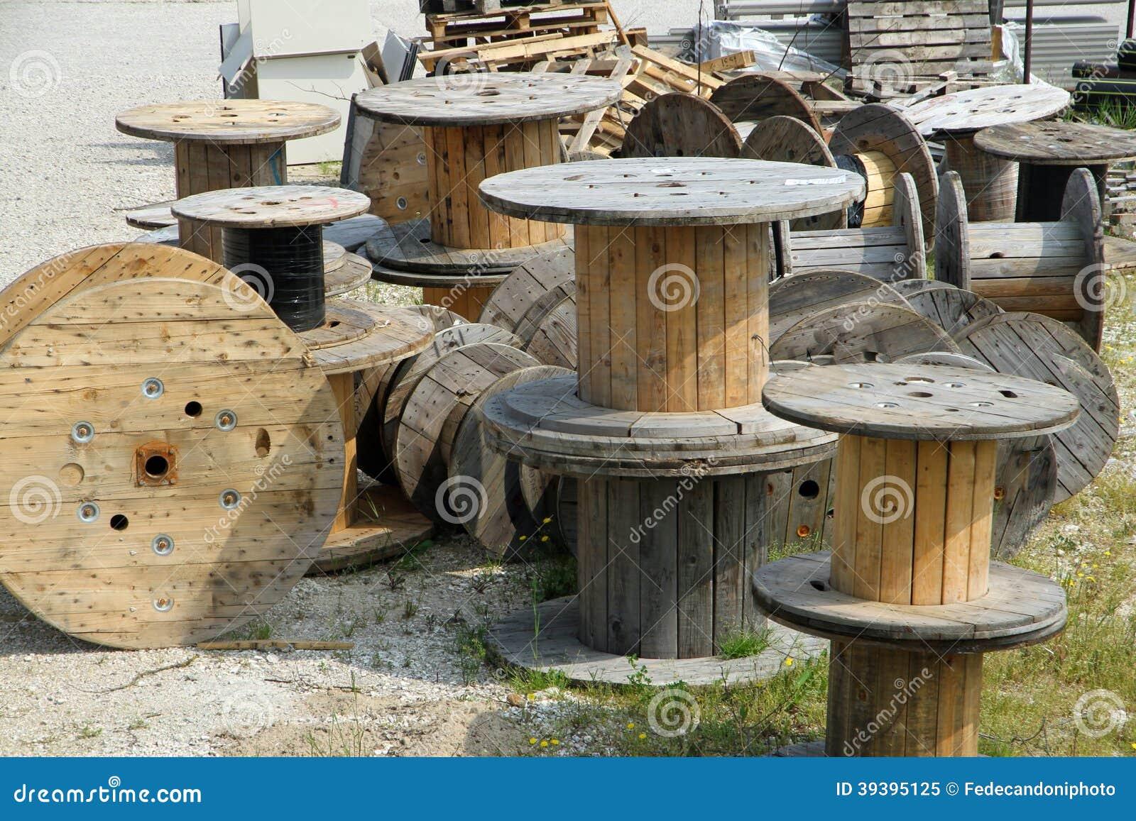 Stortplaatsmateriaal met houten spoel stock afbeelding afbeelding 39395125 - Scheiding houten ...