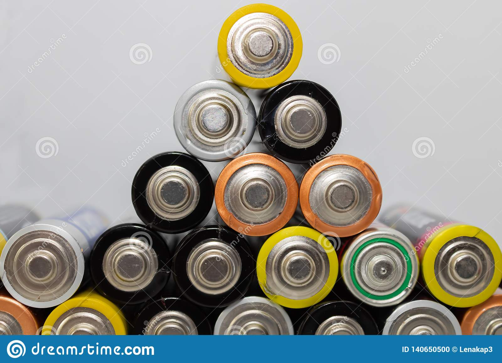 Stos alkaliczne baterie Zbliżenie używać AA baterie gotowe dla przetwarzać, kolorowy bateria ostrosłup - wizerunek