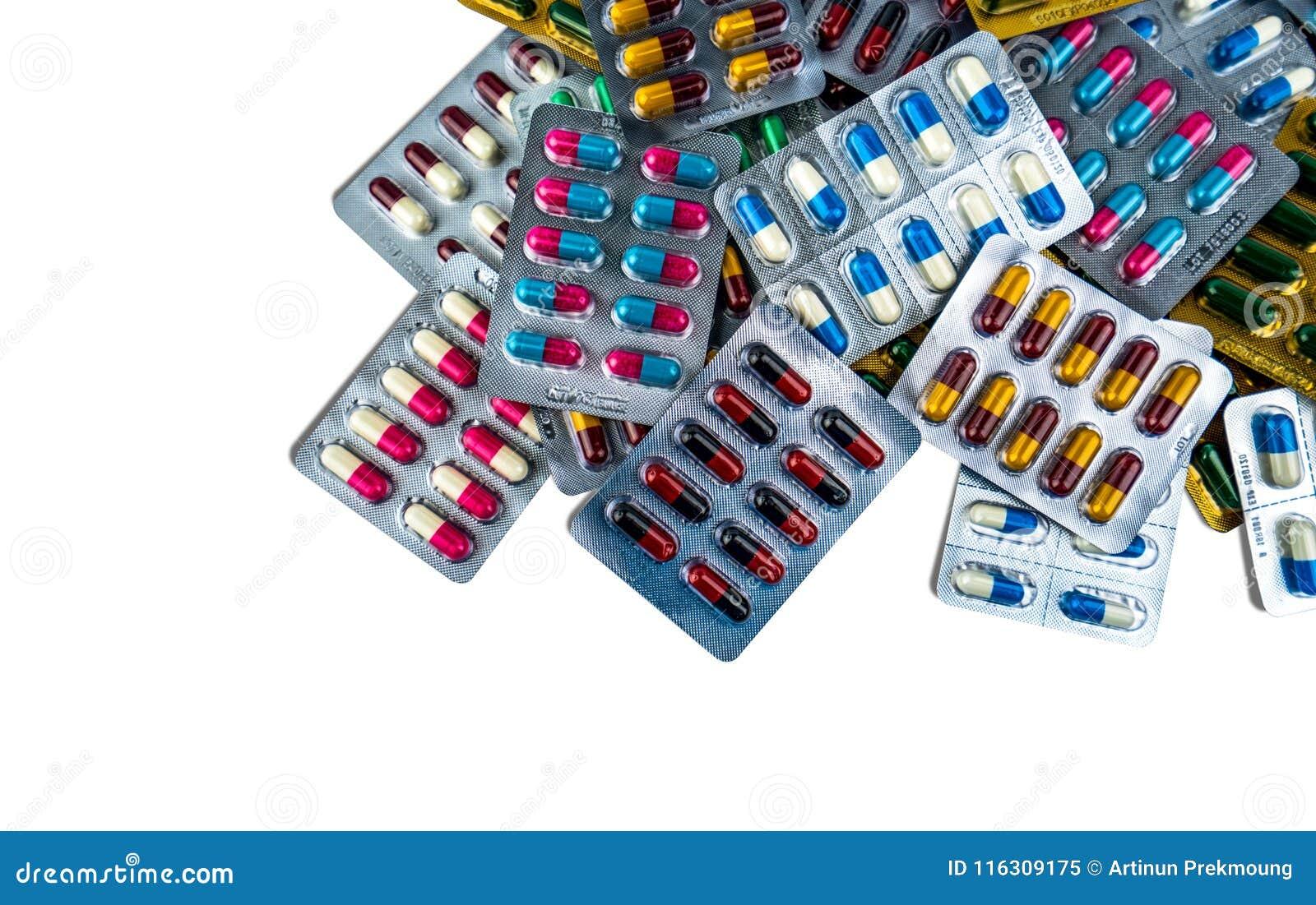 Stos antybiotyczne kapsuł pigułki w bąbel paczce na białym tle z kopii przestrzenią Leka opór pharmaceutical