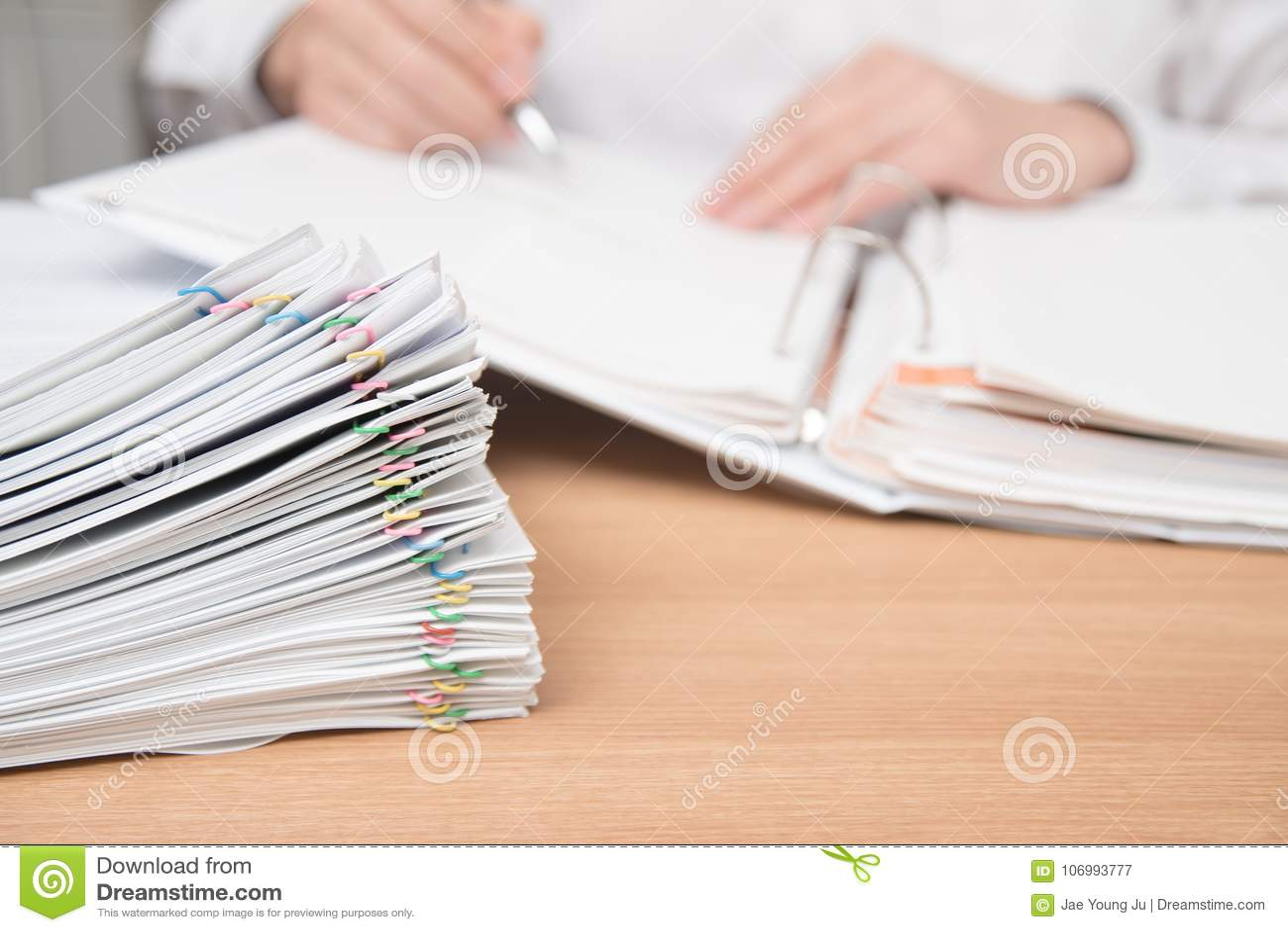 Stos dokumenty z mężczyzna