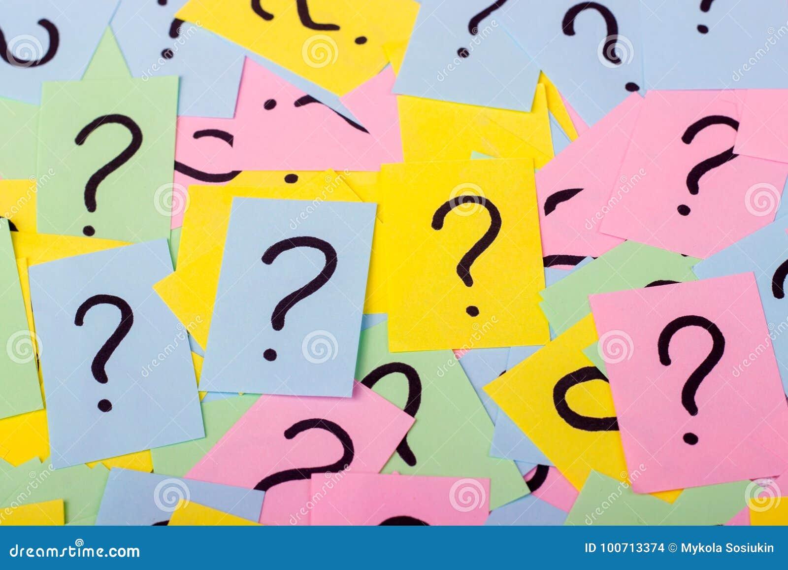 Stos kolorowe papier notatki z znakami zapytania zbliżenie