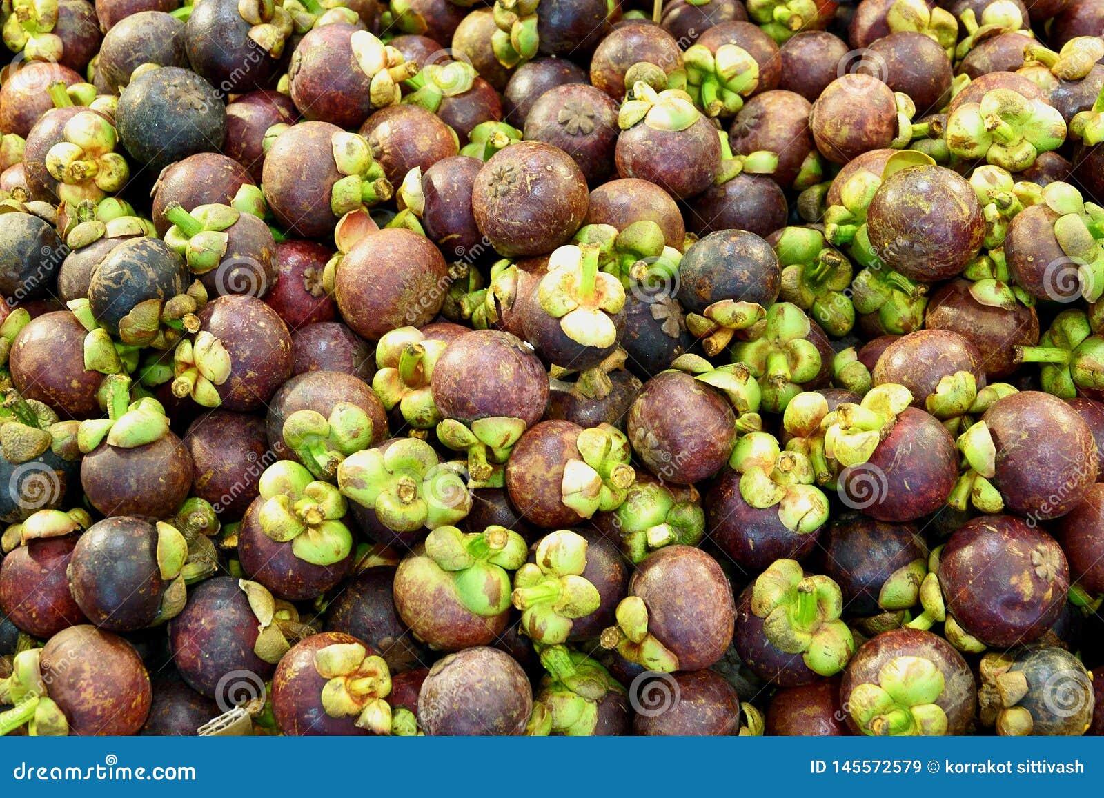 Stos mangostan owoc dla bubla w ulicznym rynku, Tajlandia, zakończenie w górę