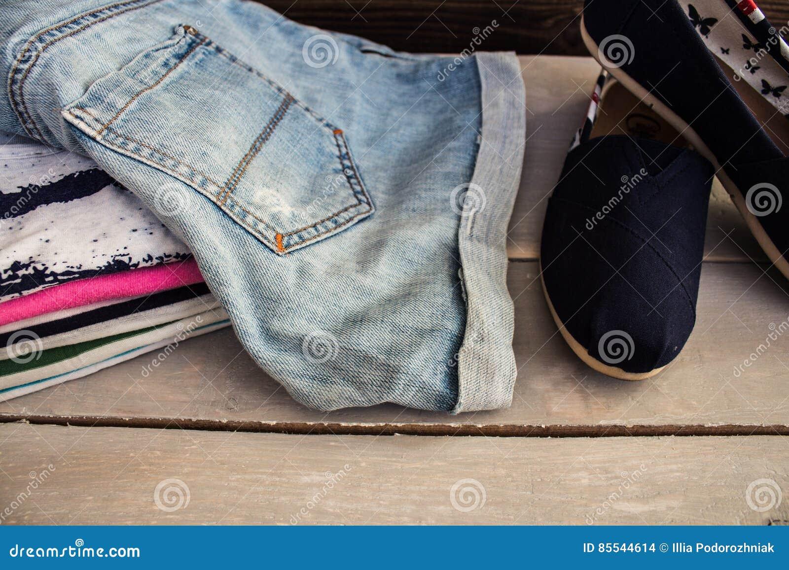 Stos odzież na stołowi buty