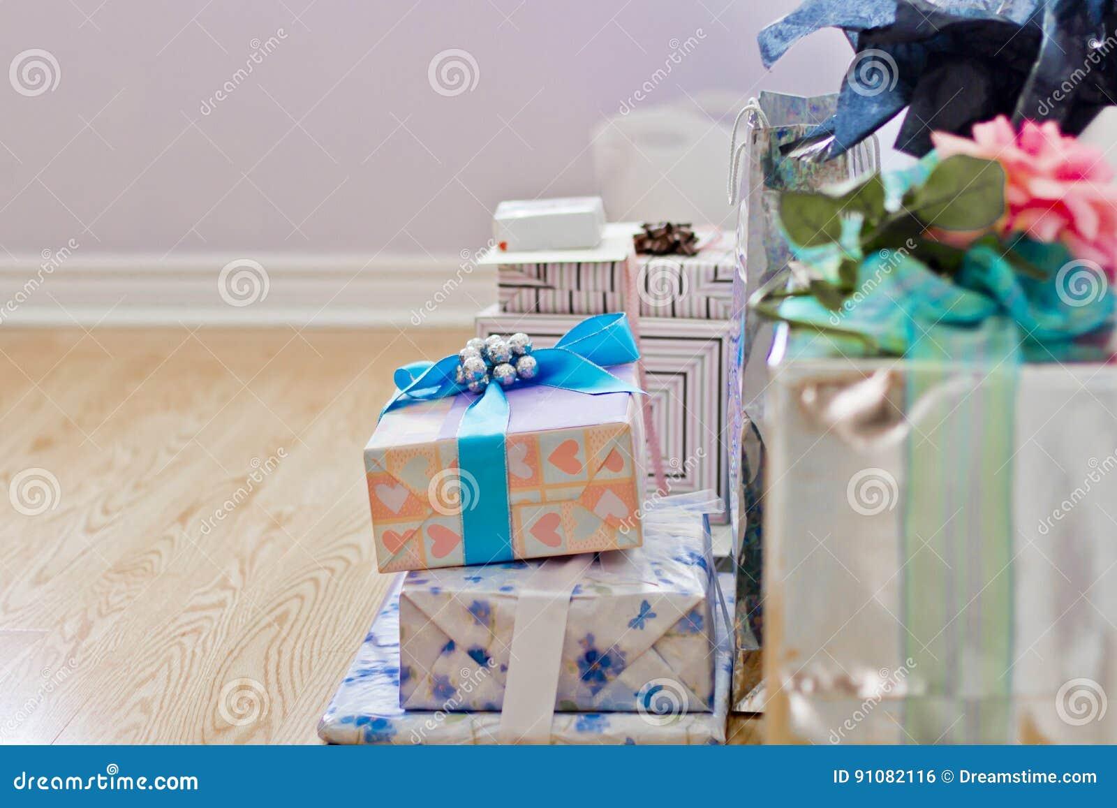 Stos prezenty i teraźniejszość kolorowi, zawijający,