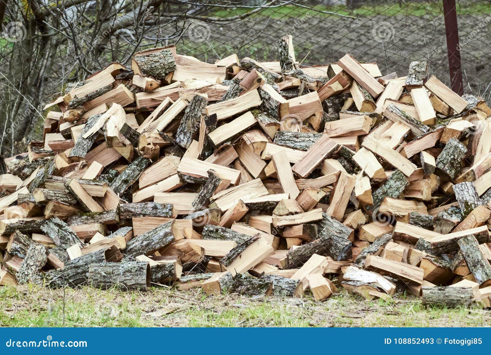 Stos przebijająca łupka Zbierający drewno dla kuchenki