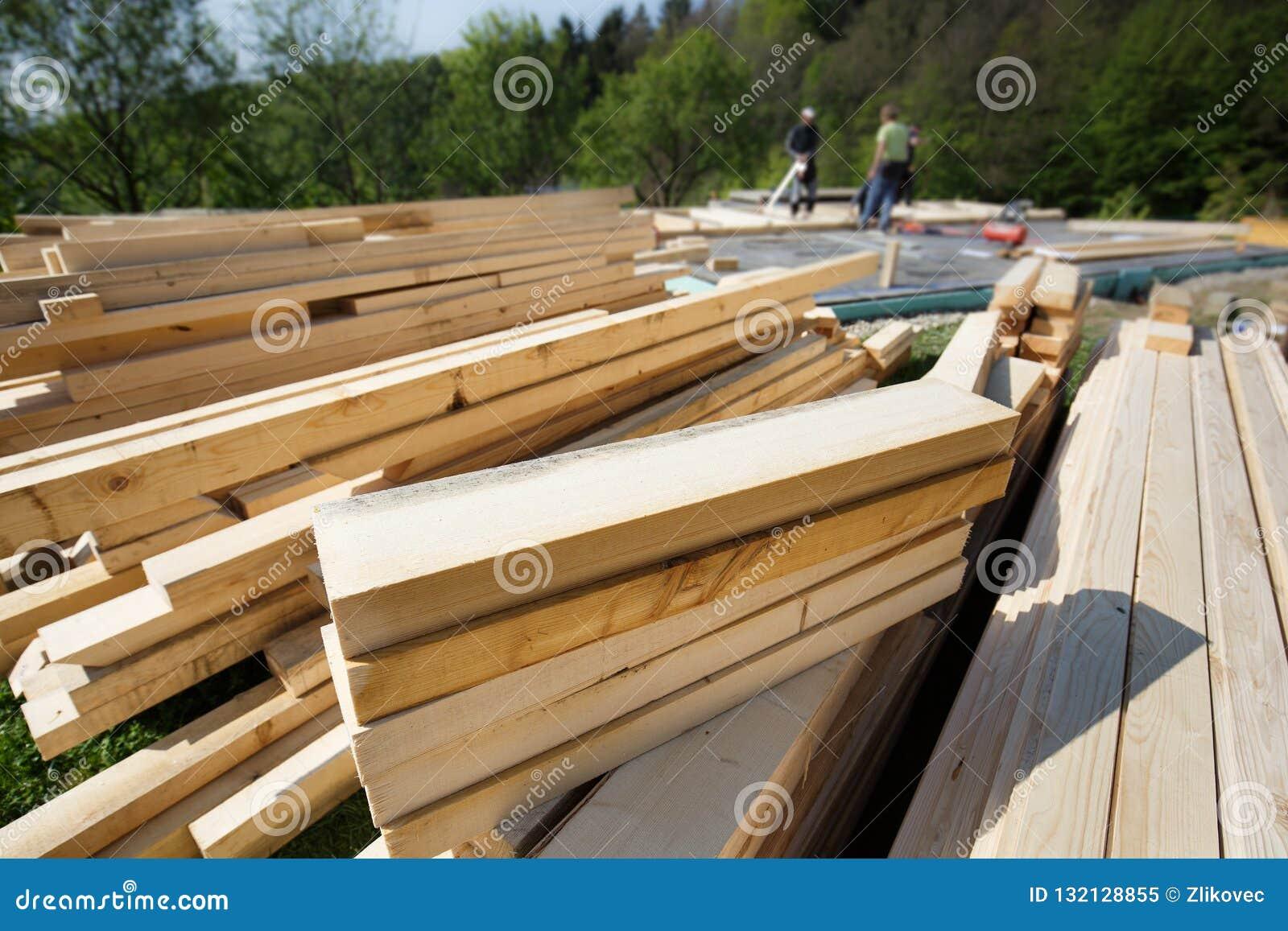 Stos rżnięty i przygotowany drewno zaszaluje, promienieje, i kawałki