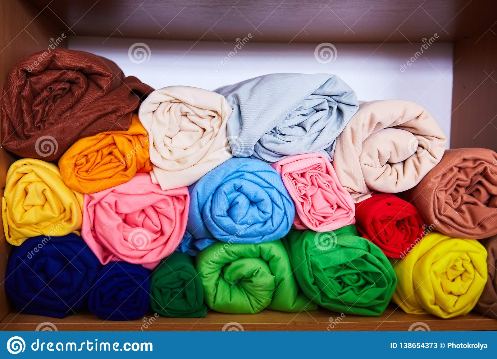 Stos wibrujący kolorowy staczający się w górę runo tkaniny