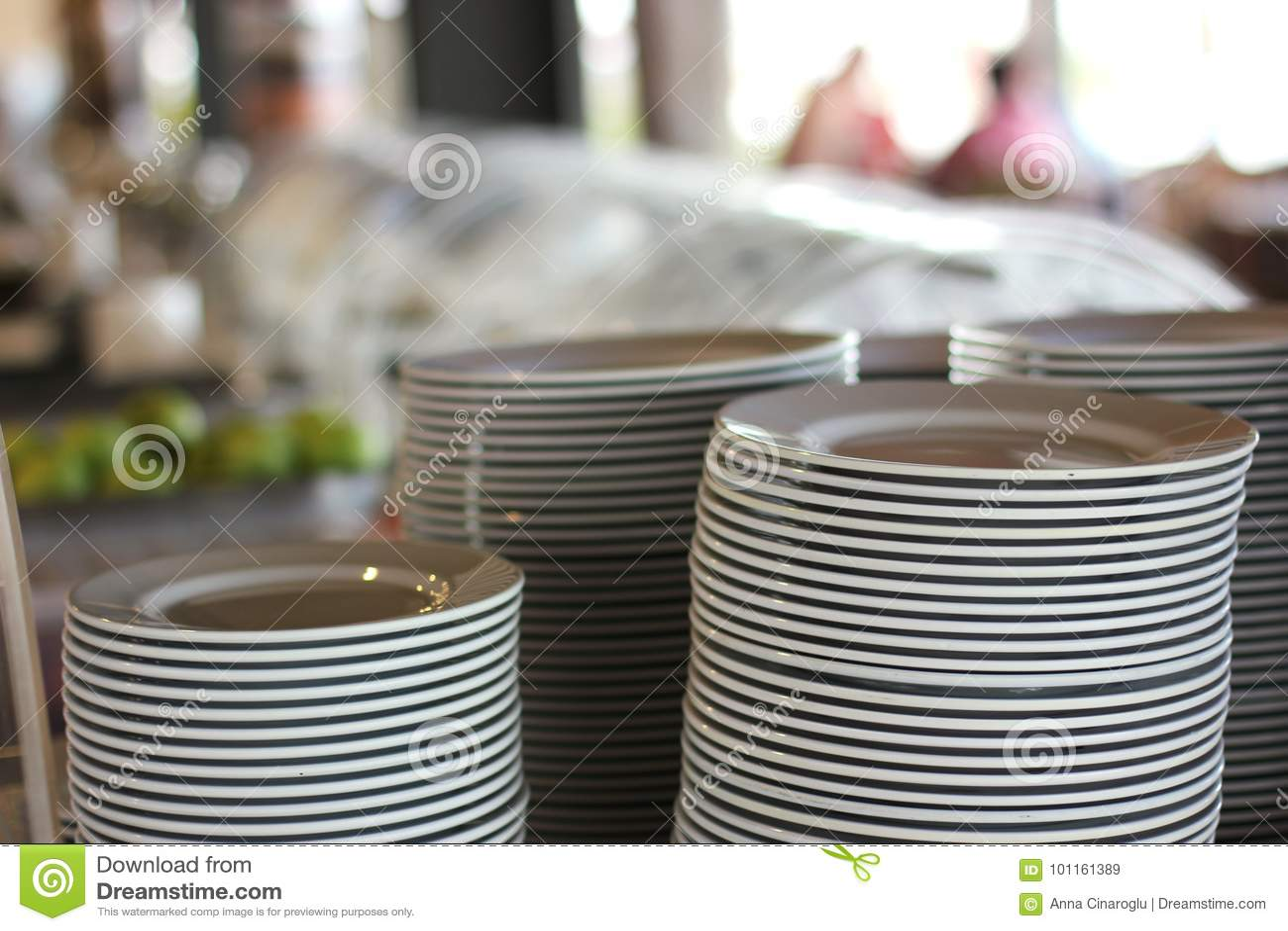 Stosy biali talerze w restauraci