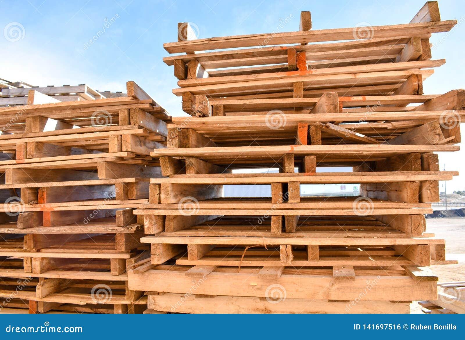 Stosy europejscy barłogi robić w drewnie gotowym używać ciężarówką odtransportowywający produkty lub towary na one od miejsca inn