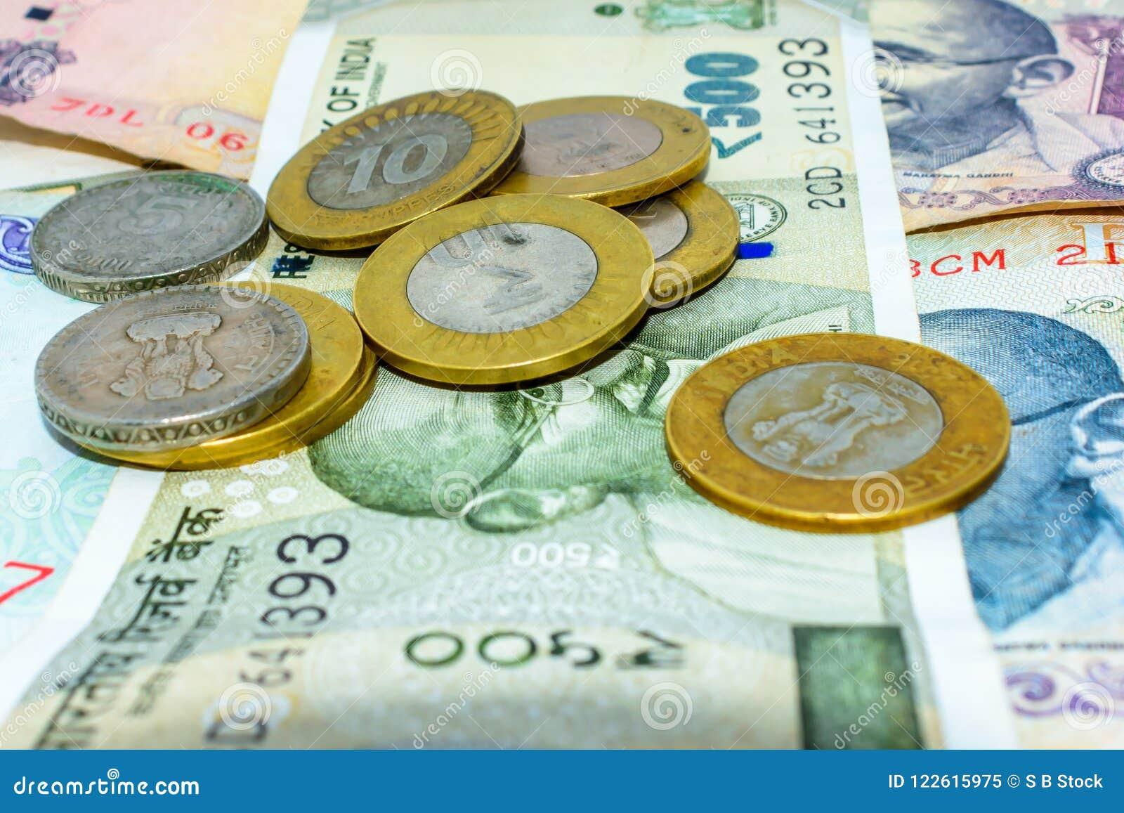 Stosy walut Indiańskie rupie w notatkach i monety w różnych wyznaniach
