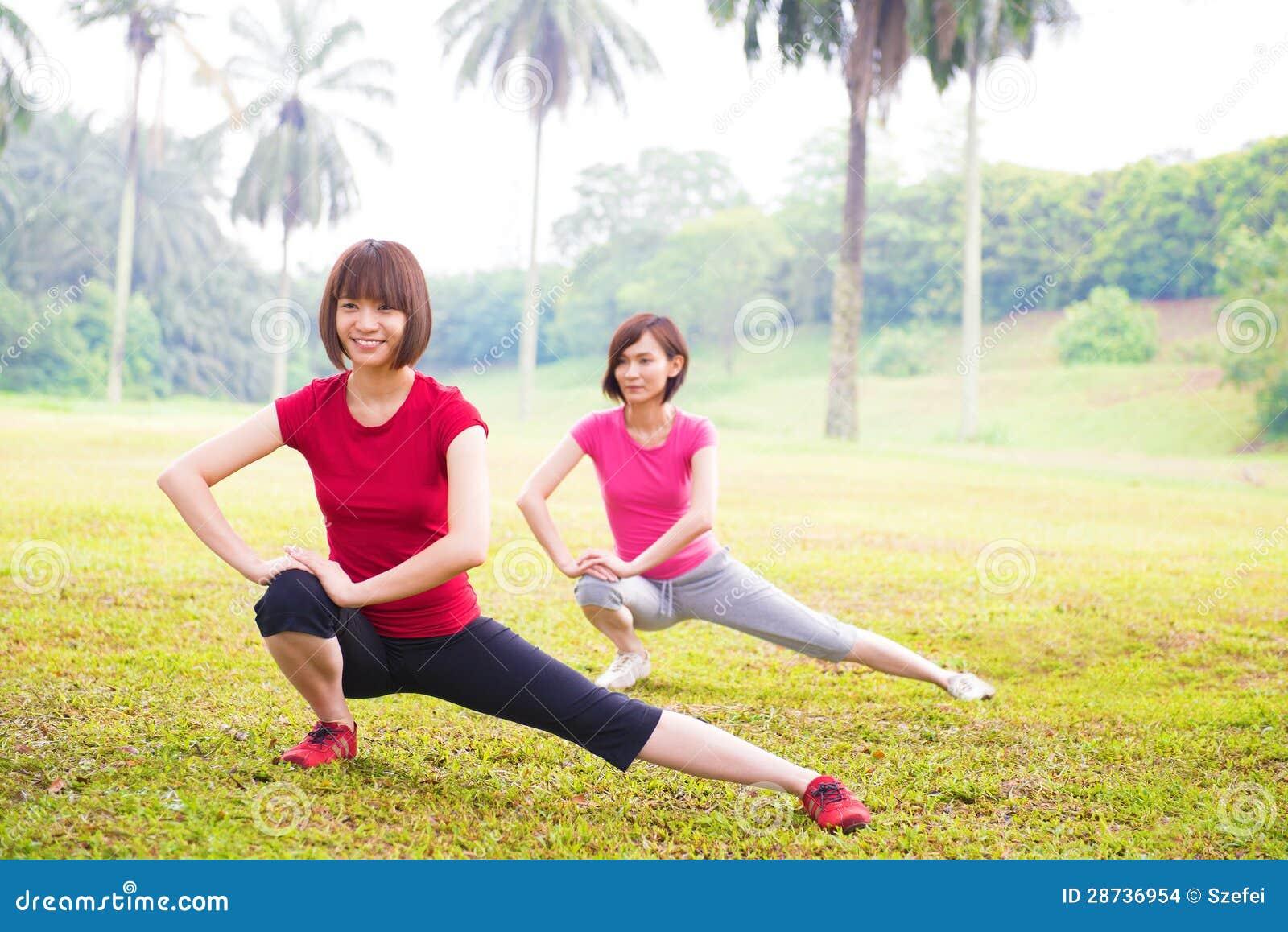 Sträckning för två asiatisk flickor