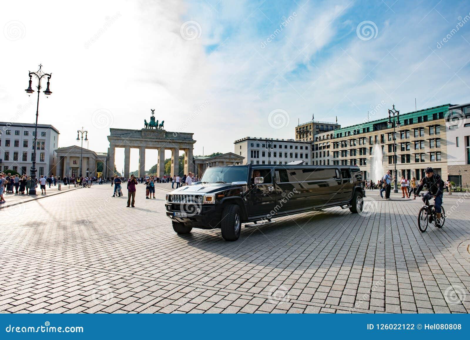 Sträckt limousine framme av den Brandenburg porten, Berlin