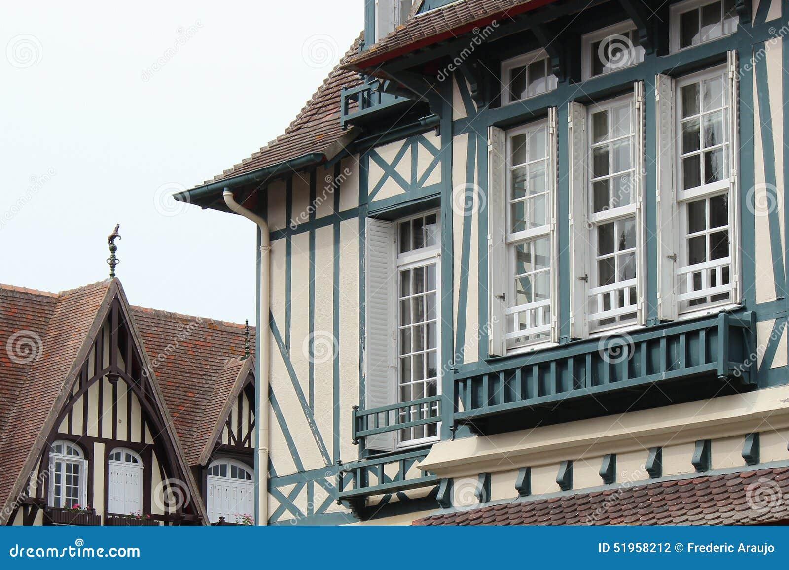 Strålar som målas i blått, dekorerar fasaden av ett hus som placeras i Deauville (Frankrike)