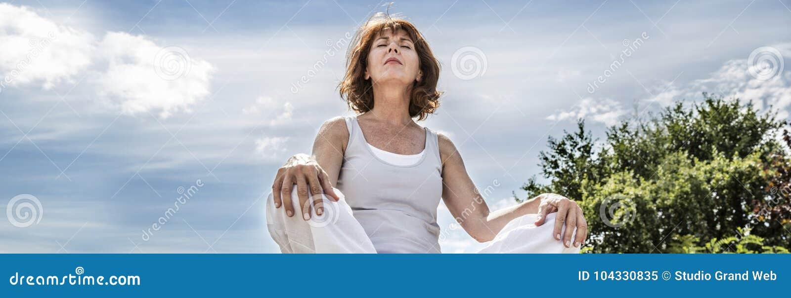 Strålnings50-talyogakvinna som söker för andlig jämvikt, låg vinkel