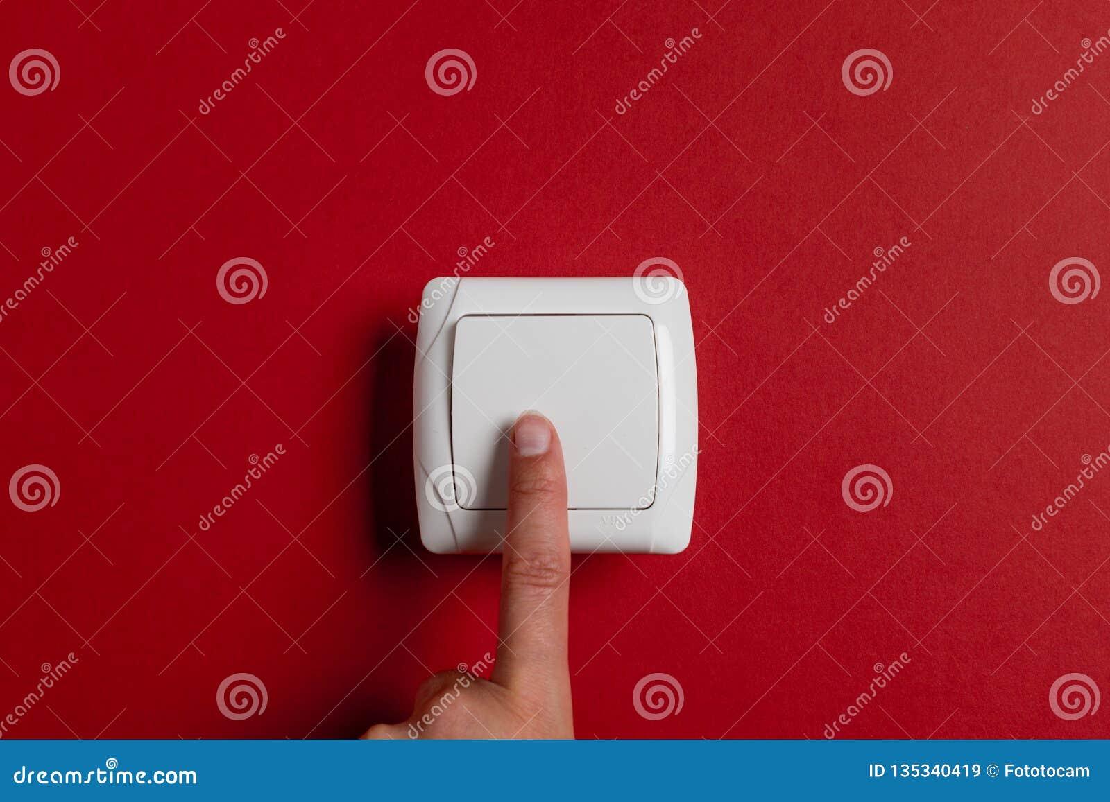 Strömbrytare för fingerpressljus på en ljus röd bakgrund