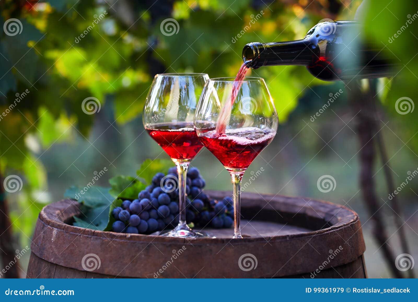 Strömender Rotwein in Gläser
