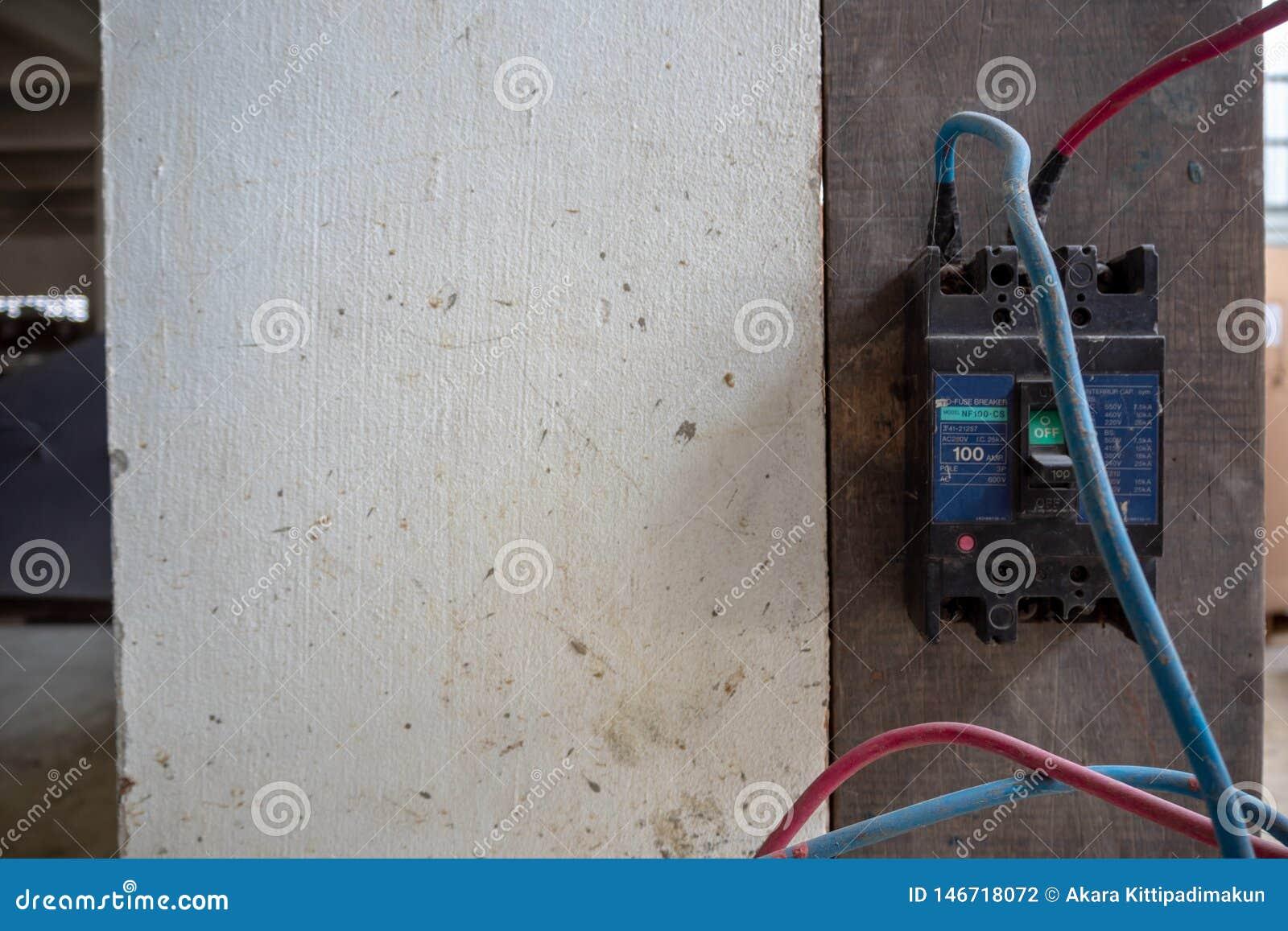 Strömkretssäkerhetsbrytaren att installera på väggen med kablar förbinder för att bearbeta med maskin