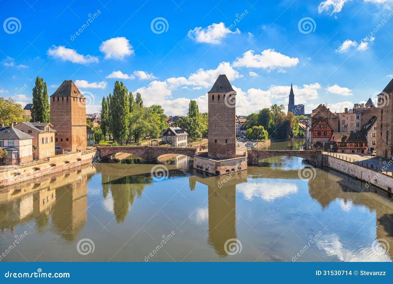 Straßburg, mittelalterliche Brücke Ponts Couverts und Kathedrale. Elsass, Frankreich.