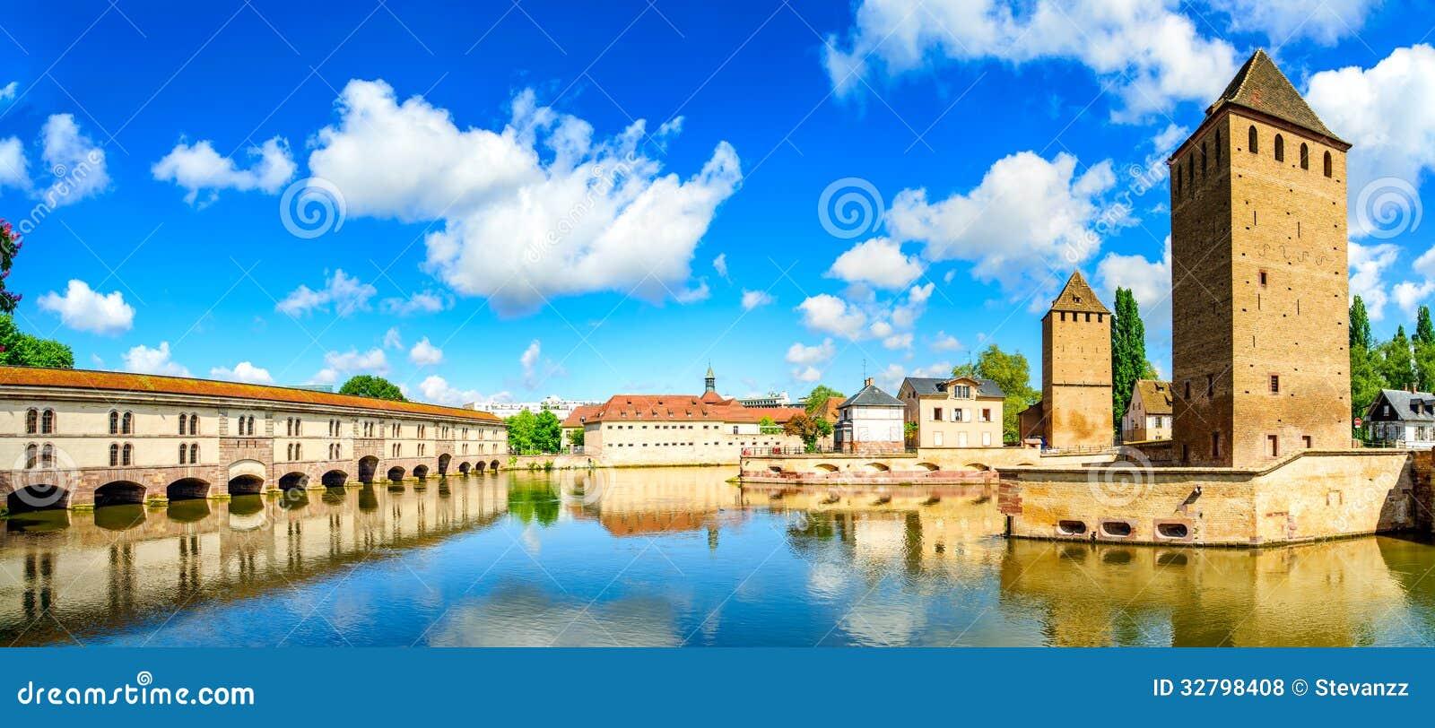 Straßburg, Türme der mittelalterlichen Brücke Ponts Couverts. Elsass, Frankreich.