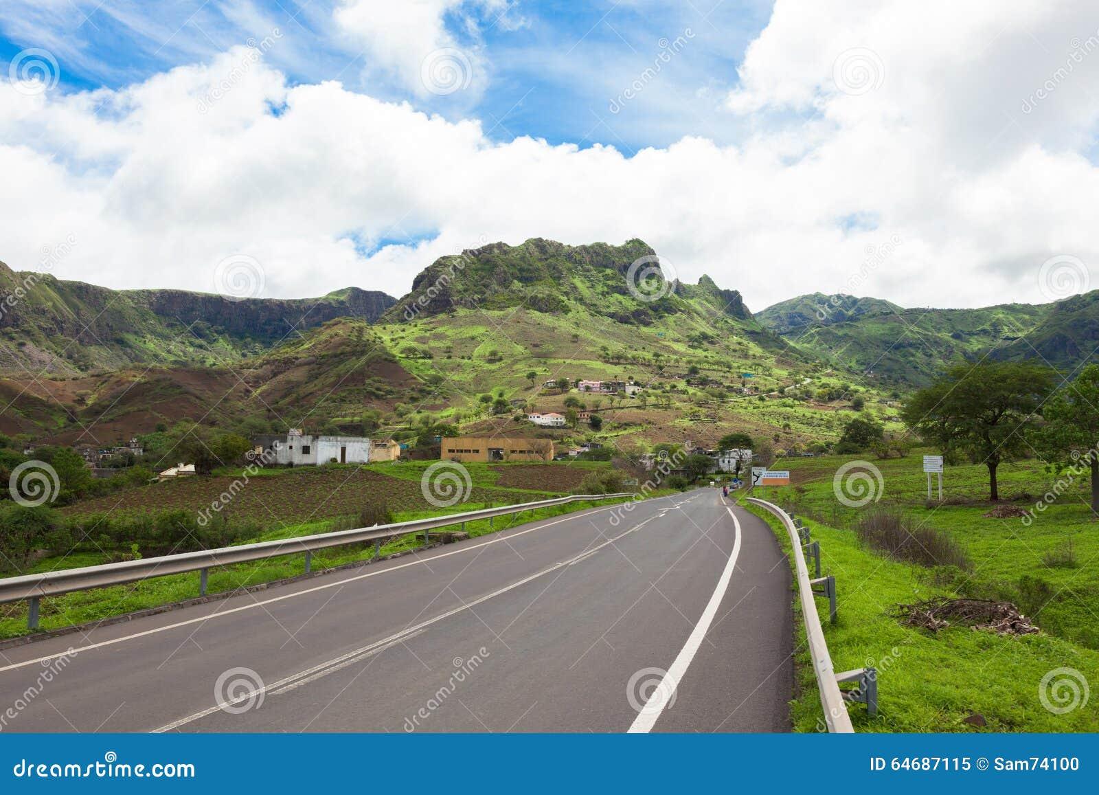 Straße über den Gebirgslandschaften von Santiago Island Cap