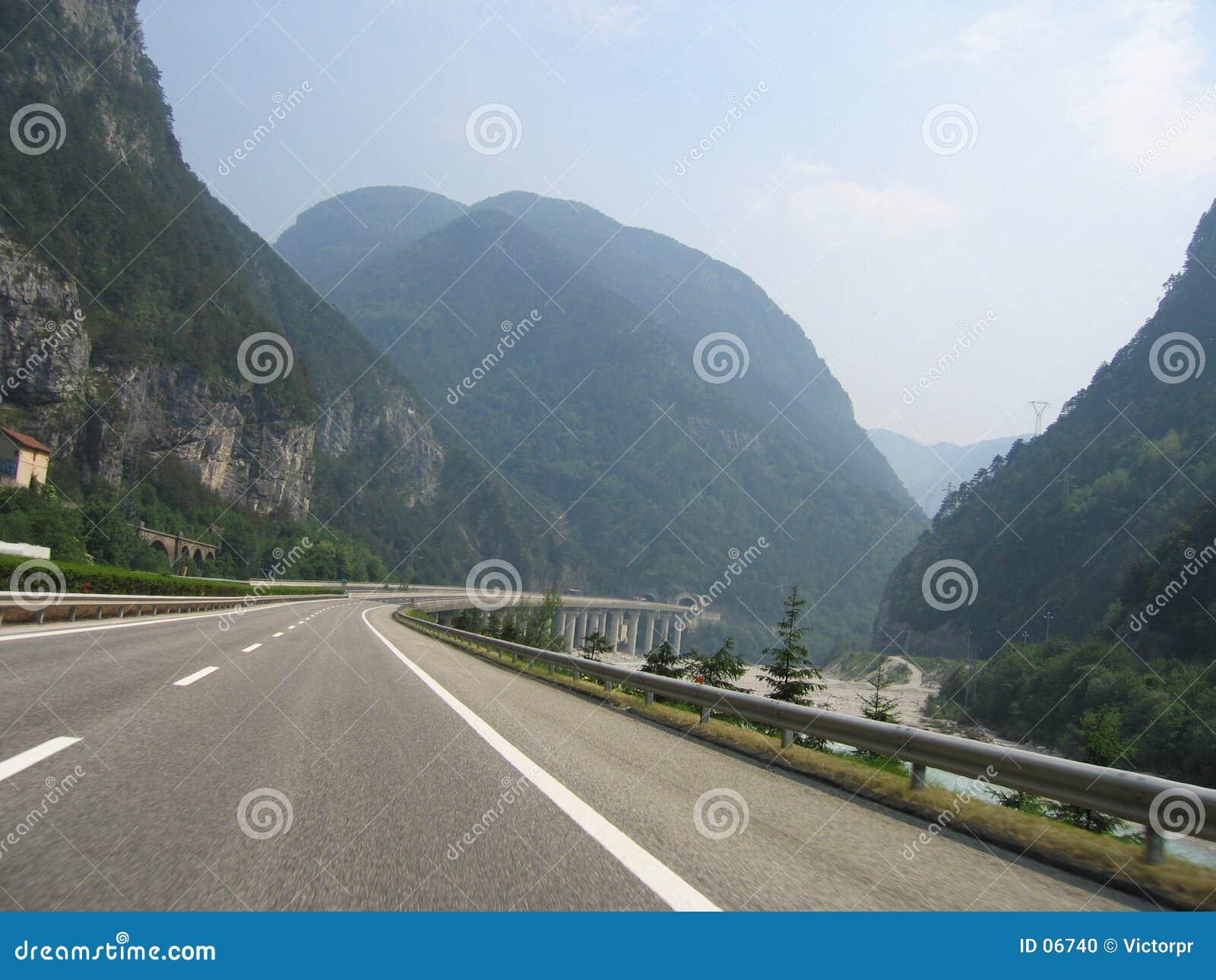 Straße in den Alpen