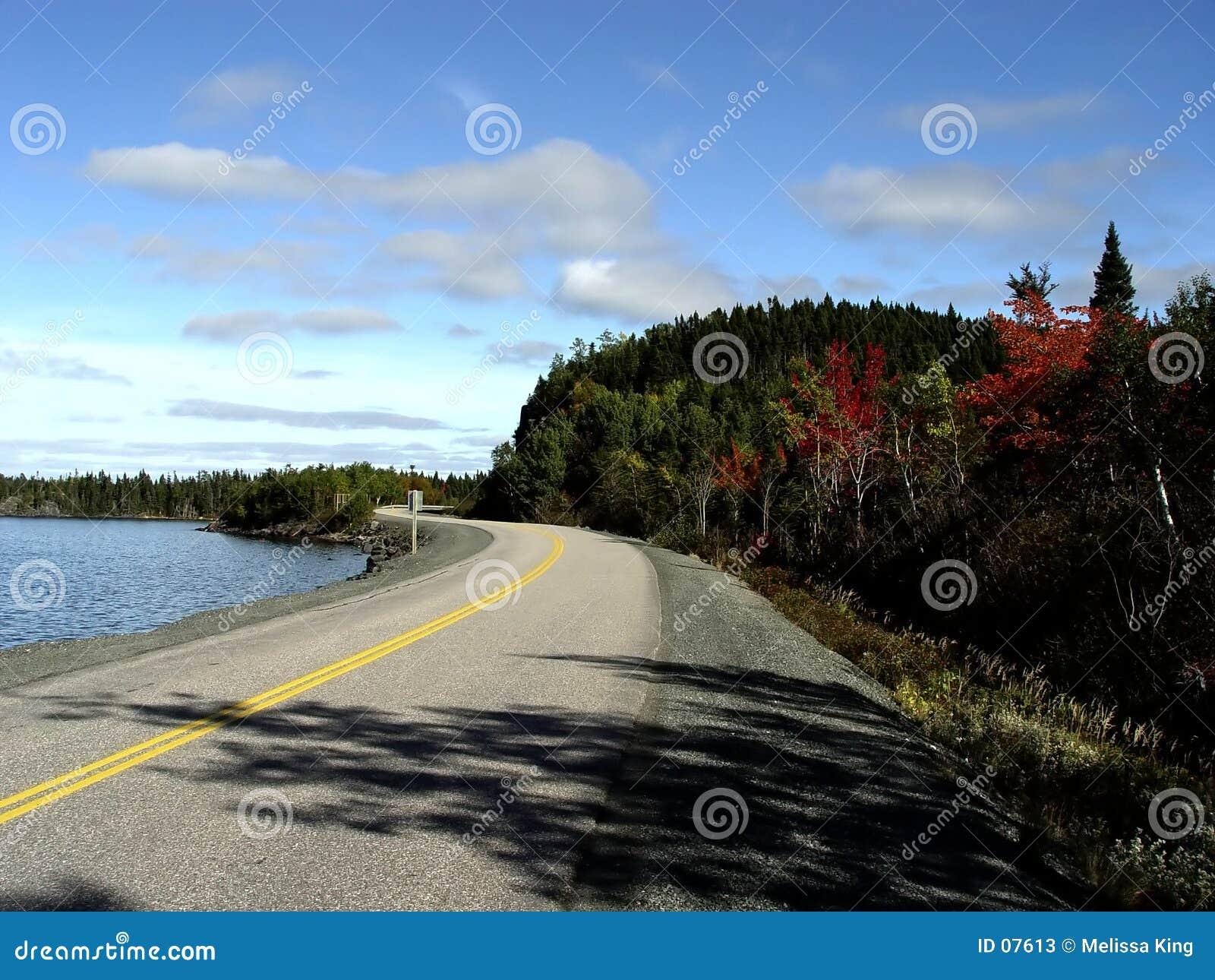 Straße durch das Ufer
