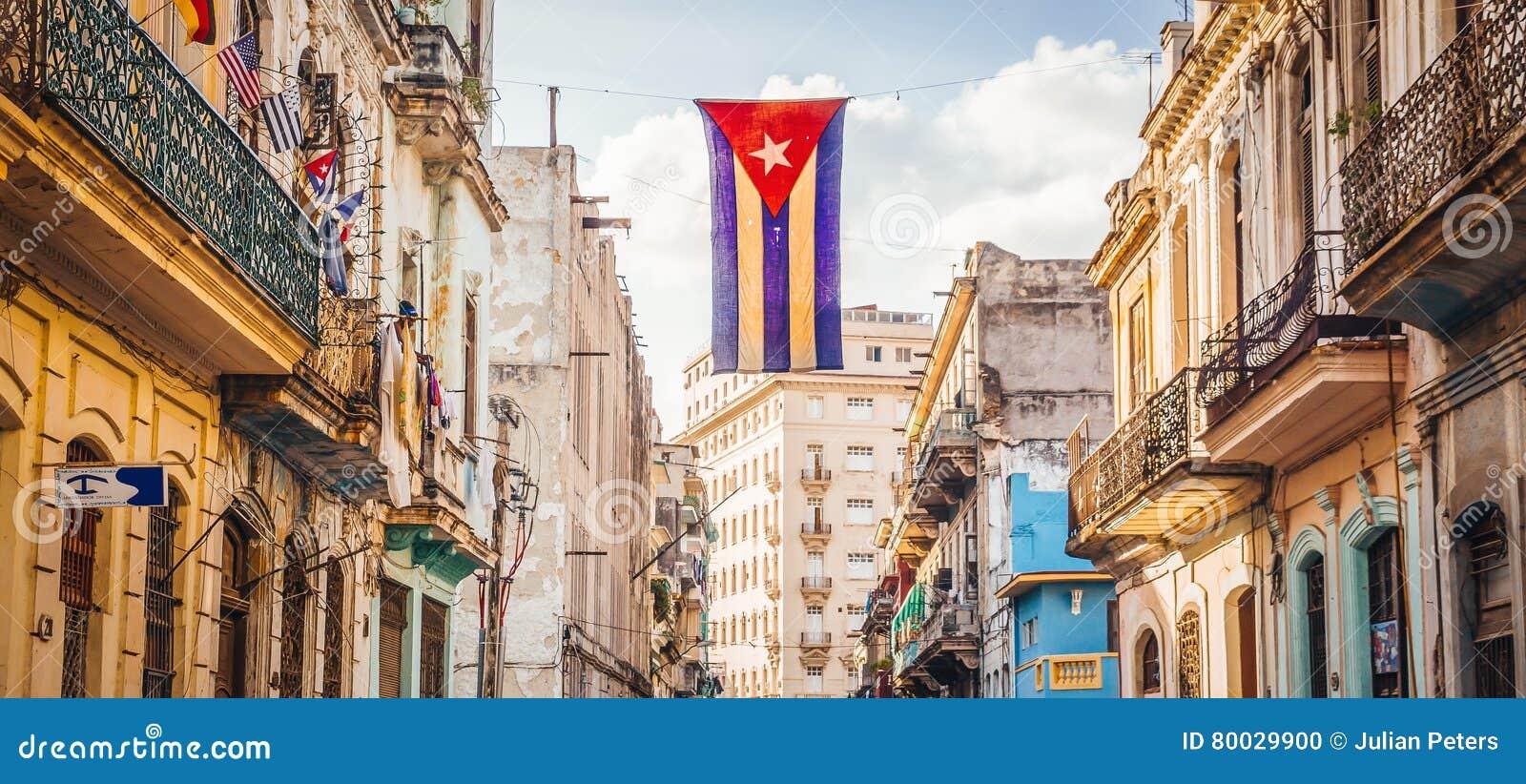 Straße in Havana mit kubanischer Flagge
