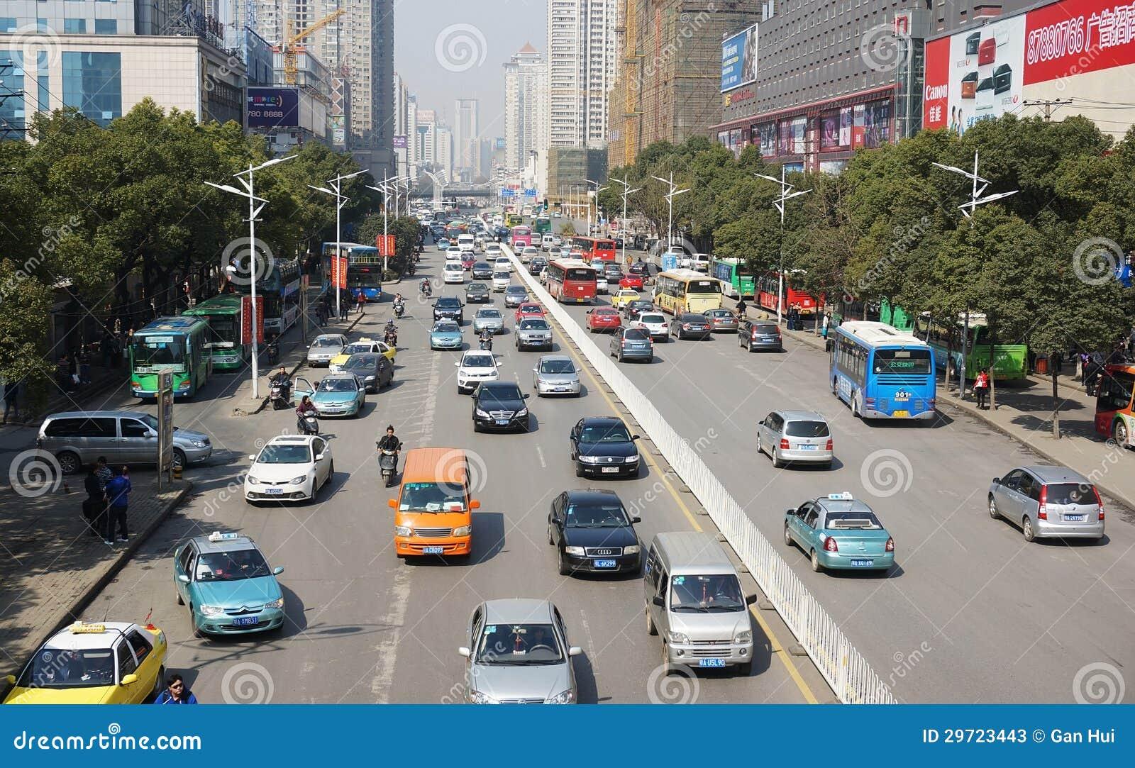 Straße mit Autos in Wuhan von China