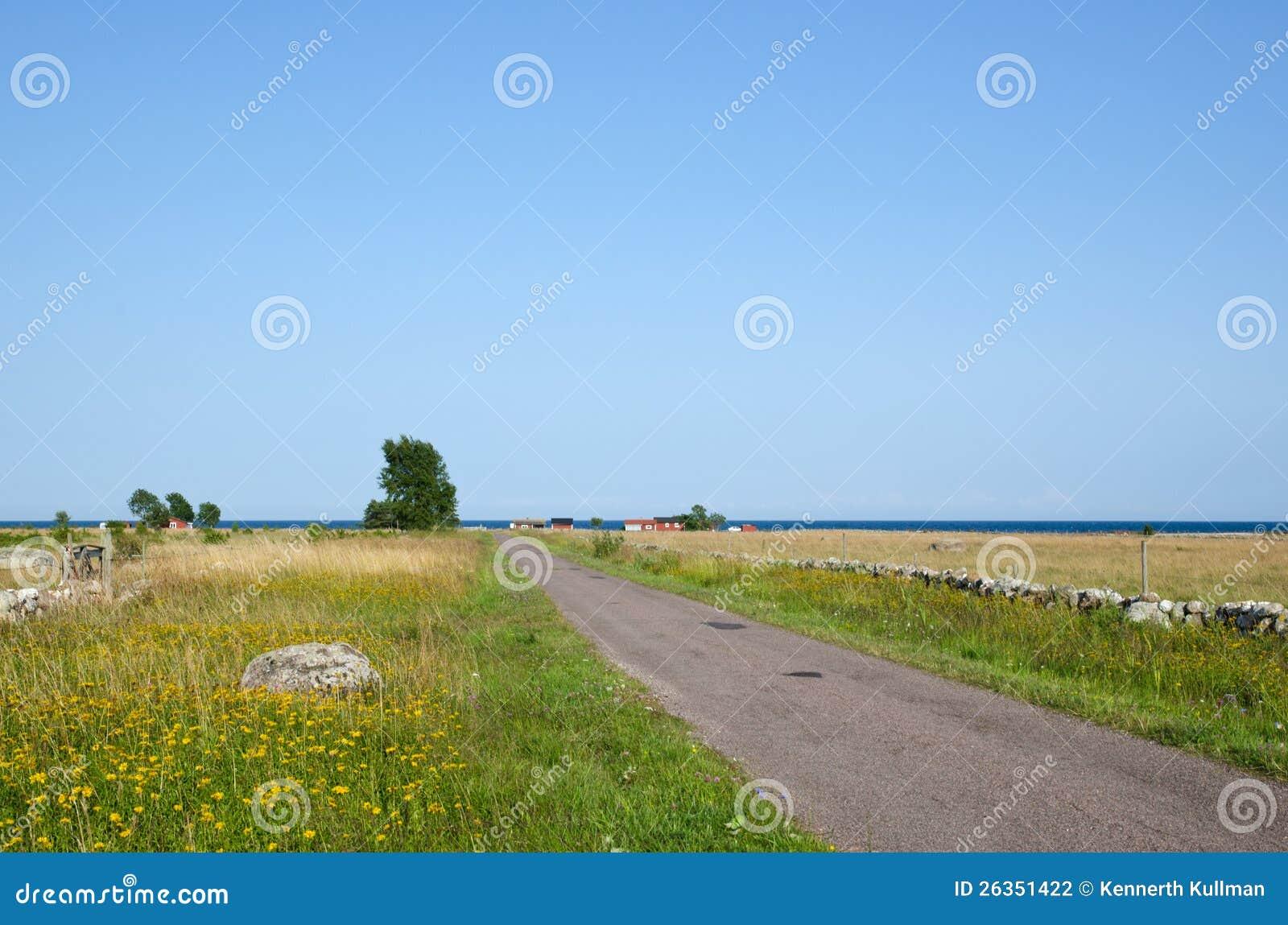 Straße mit Steinwänden