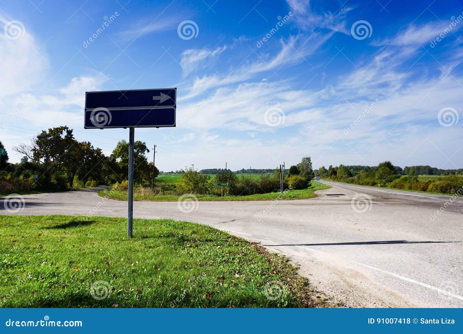 Straße mit Zeichen Unbelegte Verkehrsschilder Sommer