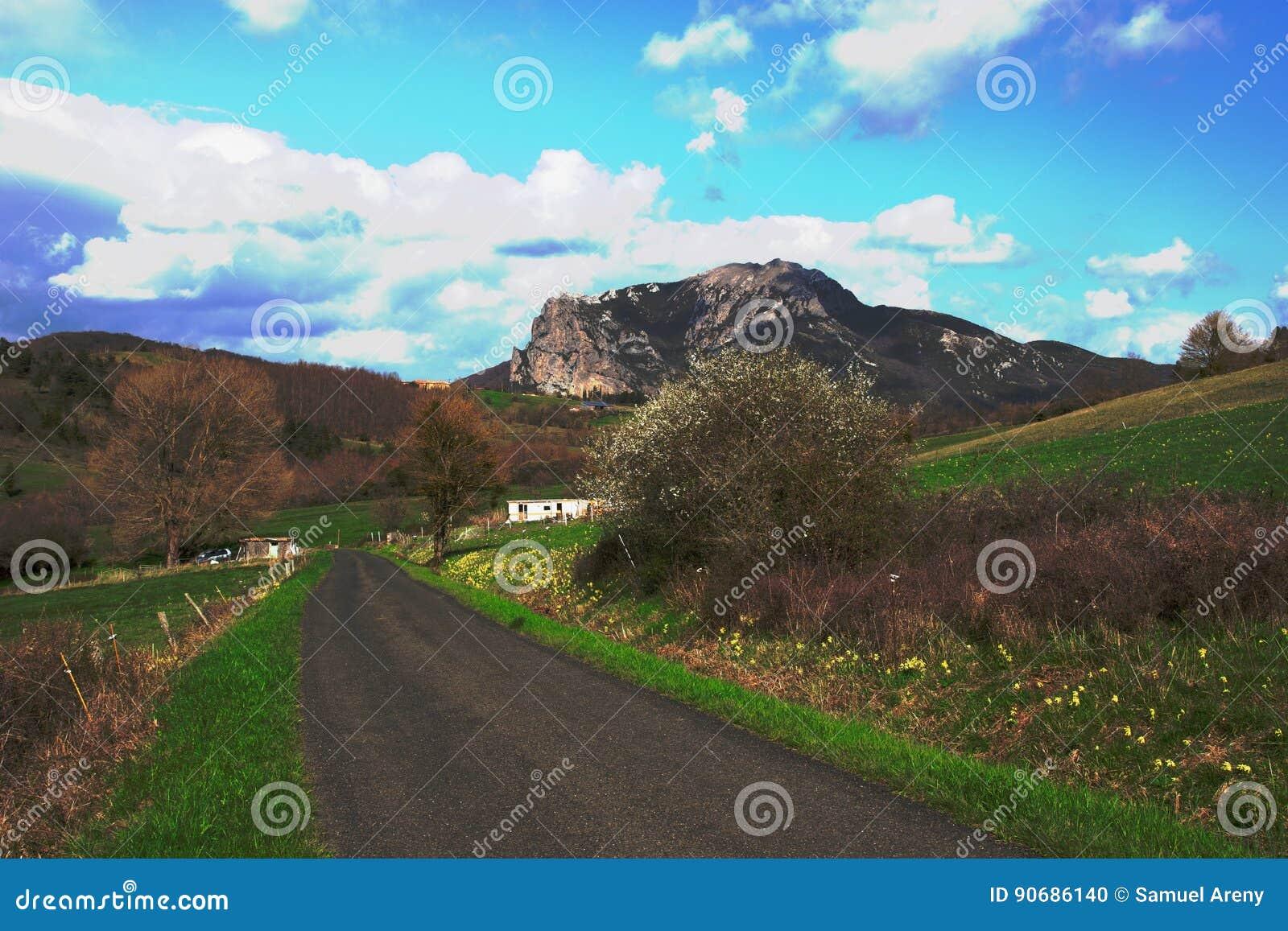 Straße und Bugarach ragen in das Corbieres, Frankreich empor