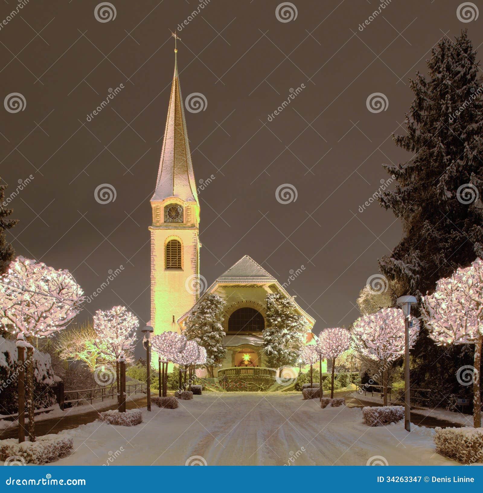 Weihnachten Kirche.Straße Und Kirche Belichtet Für Weihnachten Stockbild Bild Von