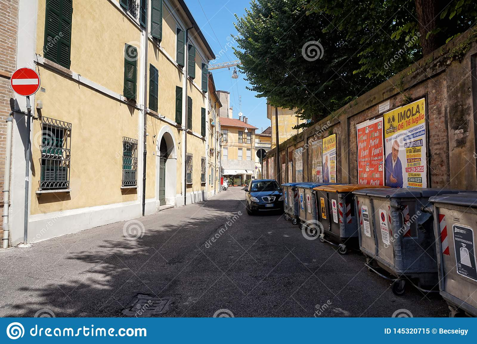Straße von Ravenna, Italien mit selektiven überschüssigen Behältern