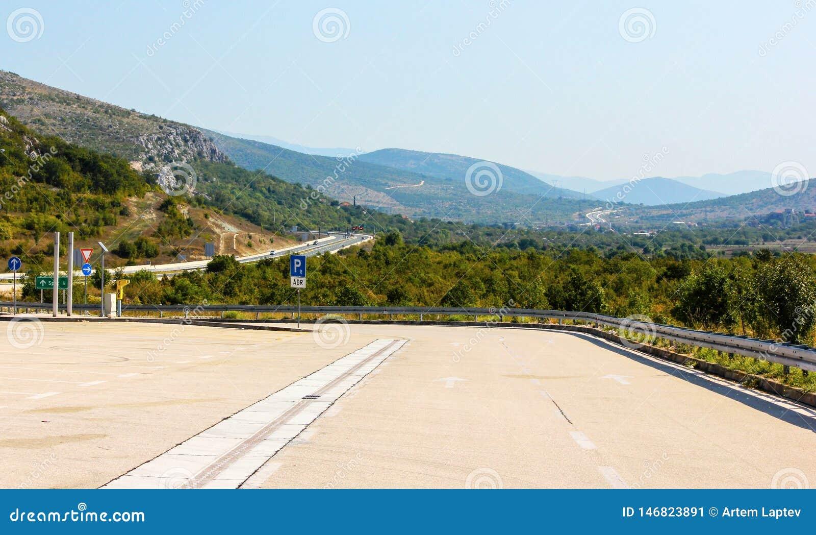 Straße zu den Bergen mit einer schönen Landschaft