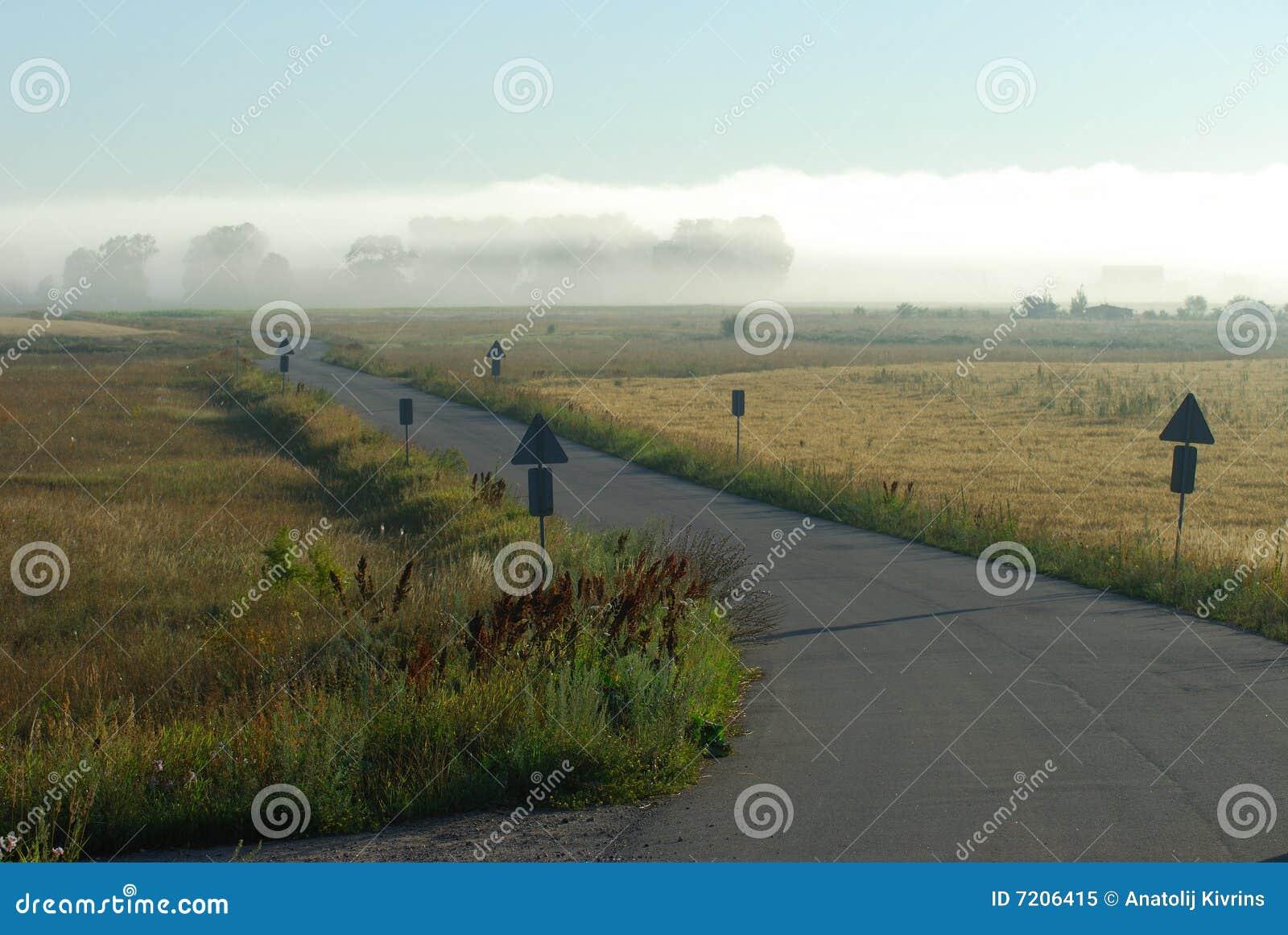Straße zu einem Nebel