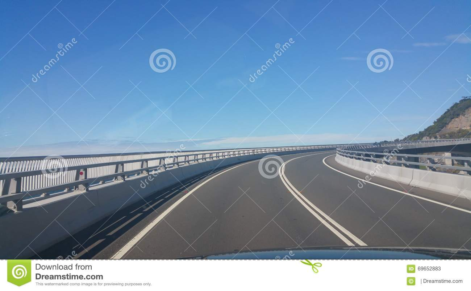 Straßen-Brücken-blauer Himmel