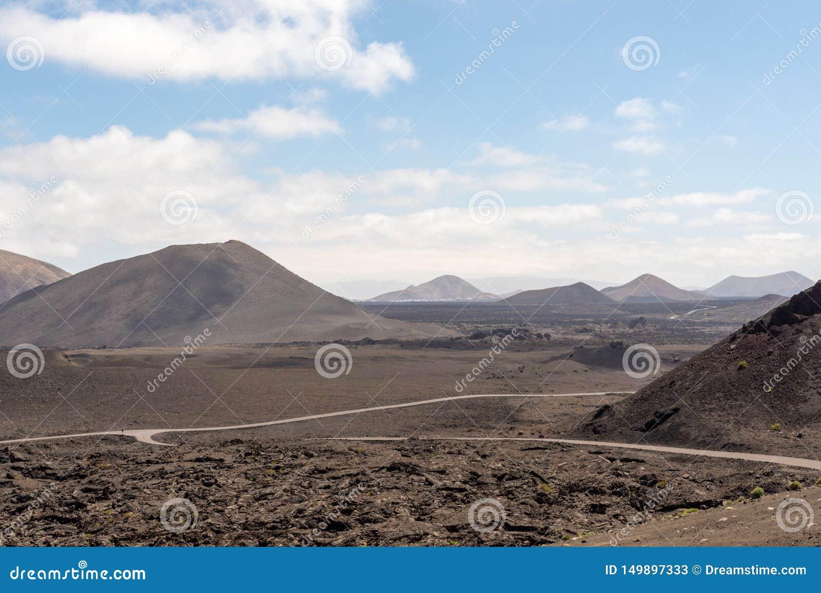 Straßen, wenn vulkanische Landschaft Nationalparks Timanfaya, Lanzarote, Kanarische Inseln überrascht wird