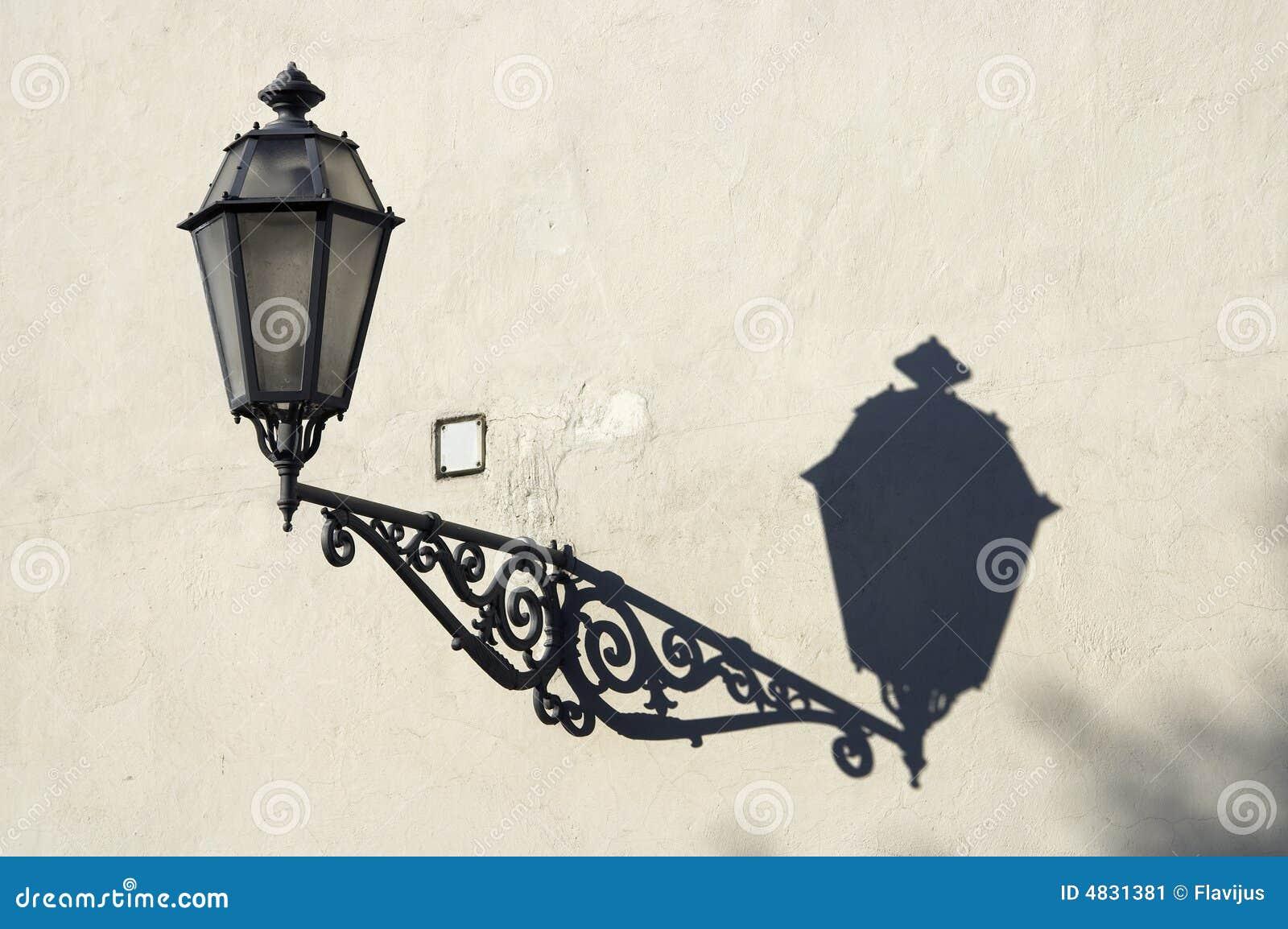 Straßenlaterne mit Schatten