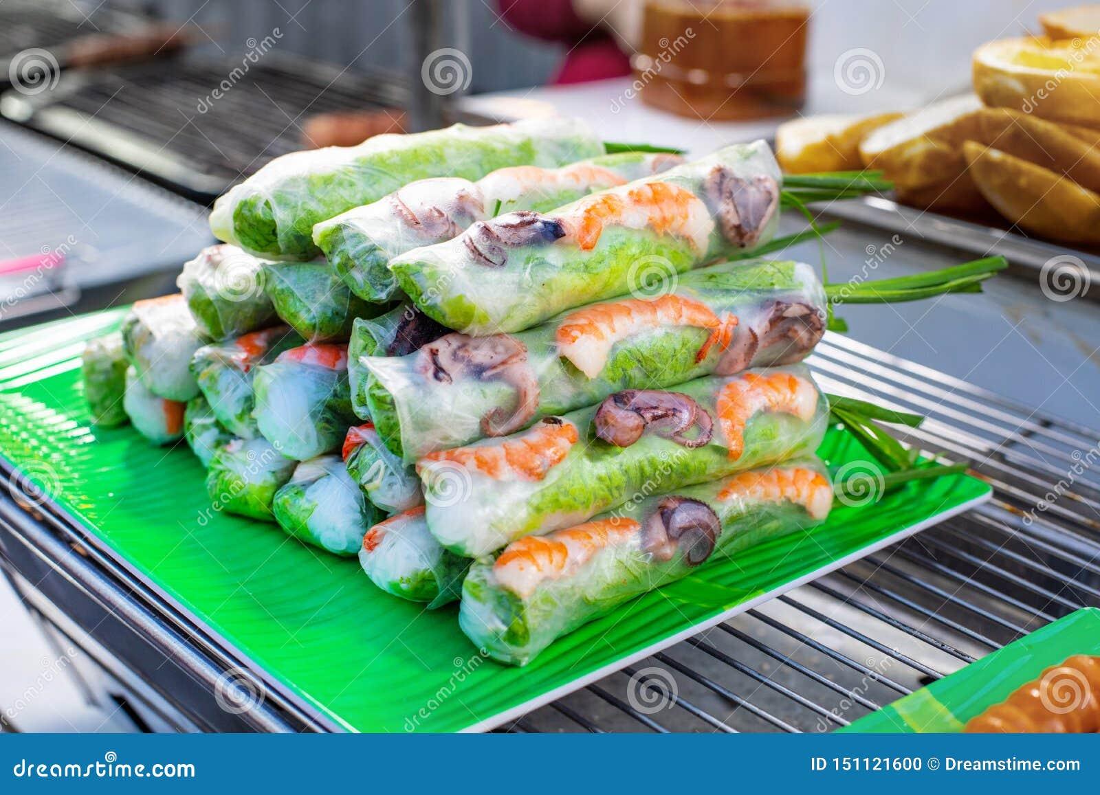 Straßenmarkt mit vietnamesischer Nahrung und cousine Frühlingsrollen mit Meeresfrüchten und Gemüse