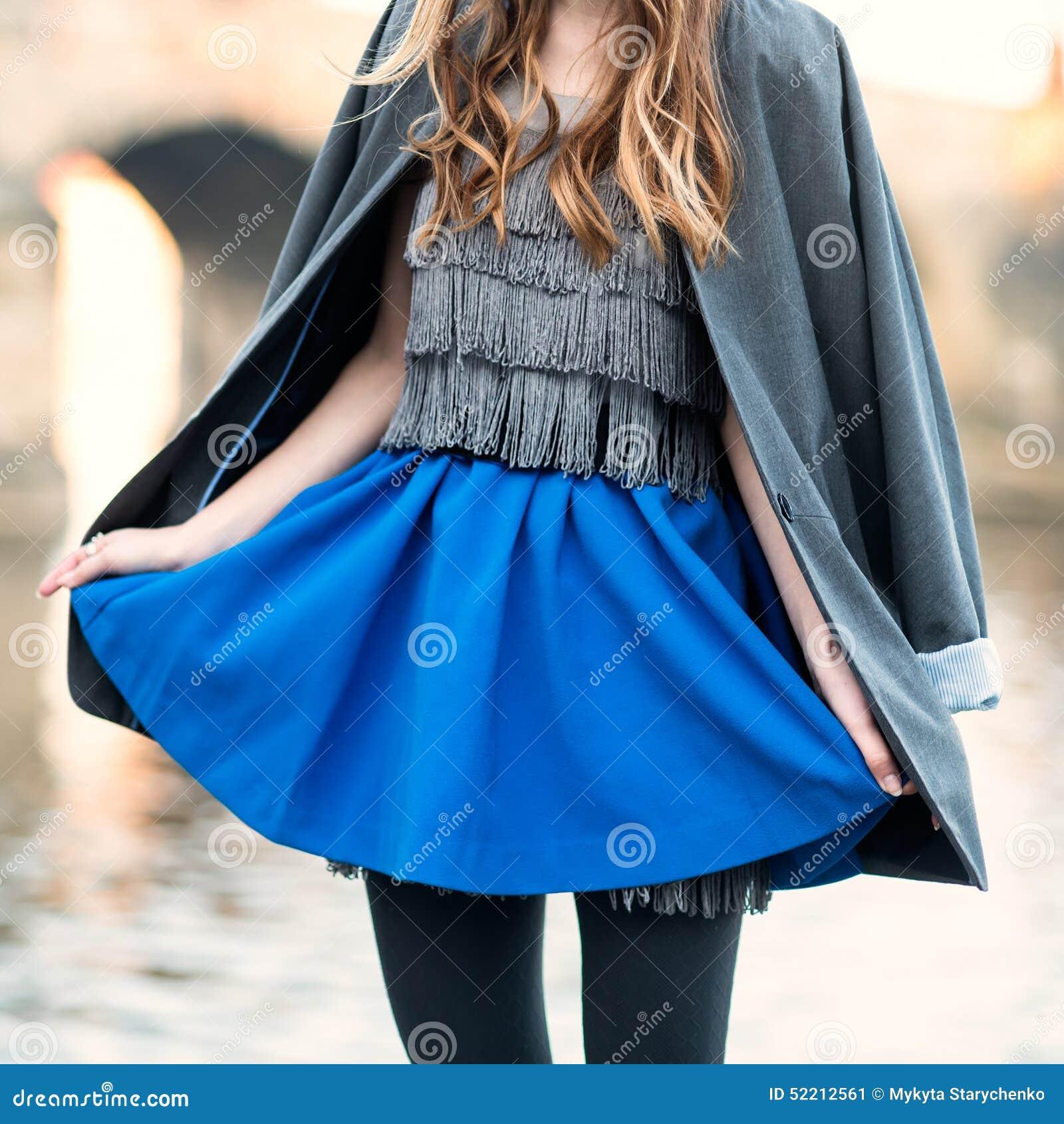 Strassenmodeblick Mit Blauem Rock Jacke Kleid Und Schwarzen