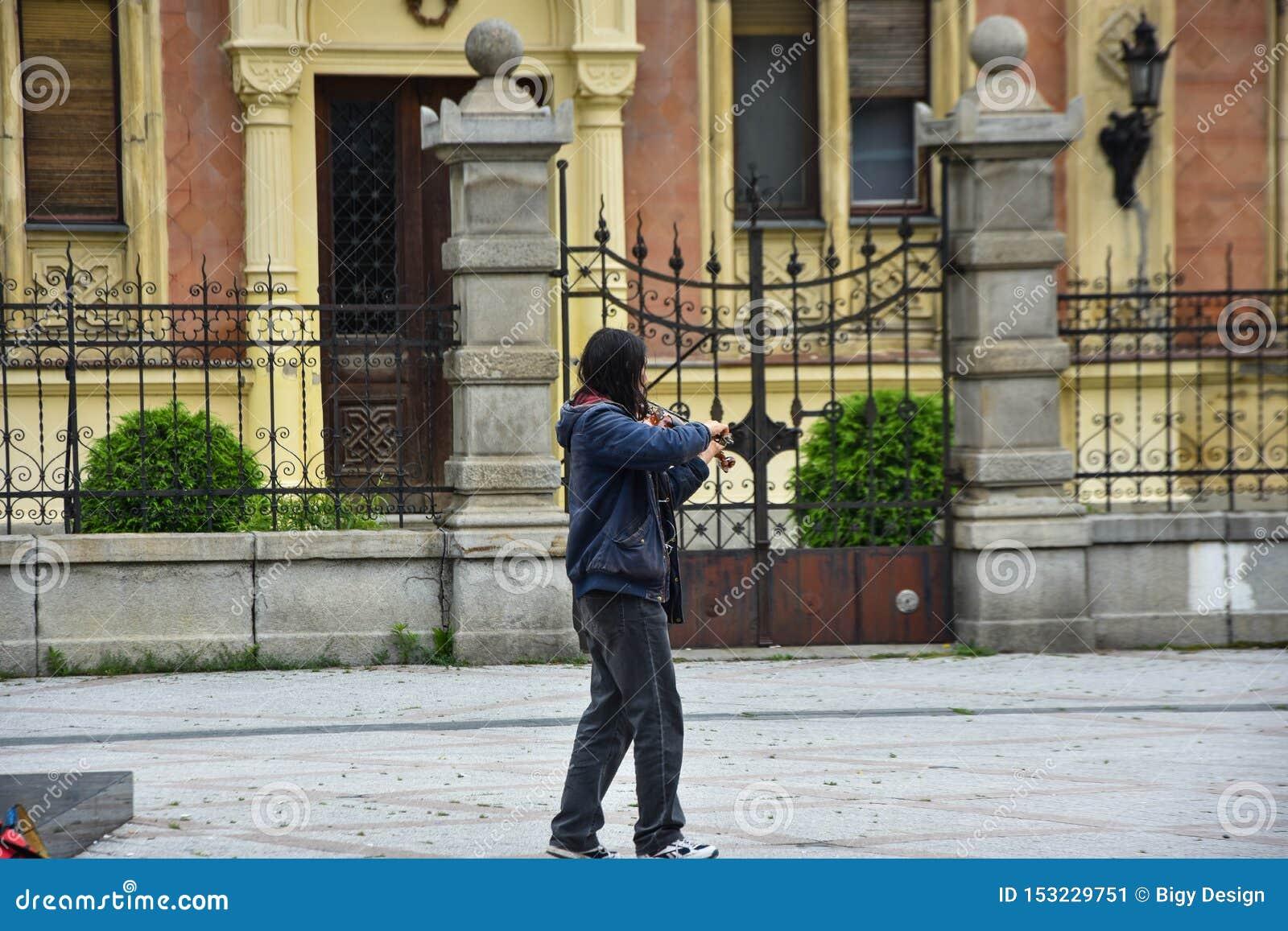 Straßenmusiker in Novi Sad M?nnlicher Musiker, der Violine spielt