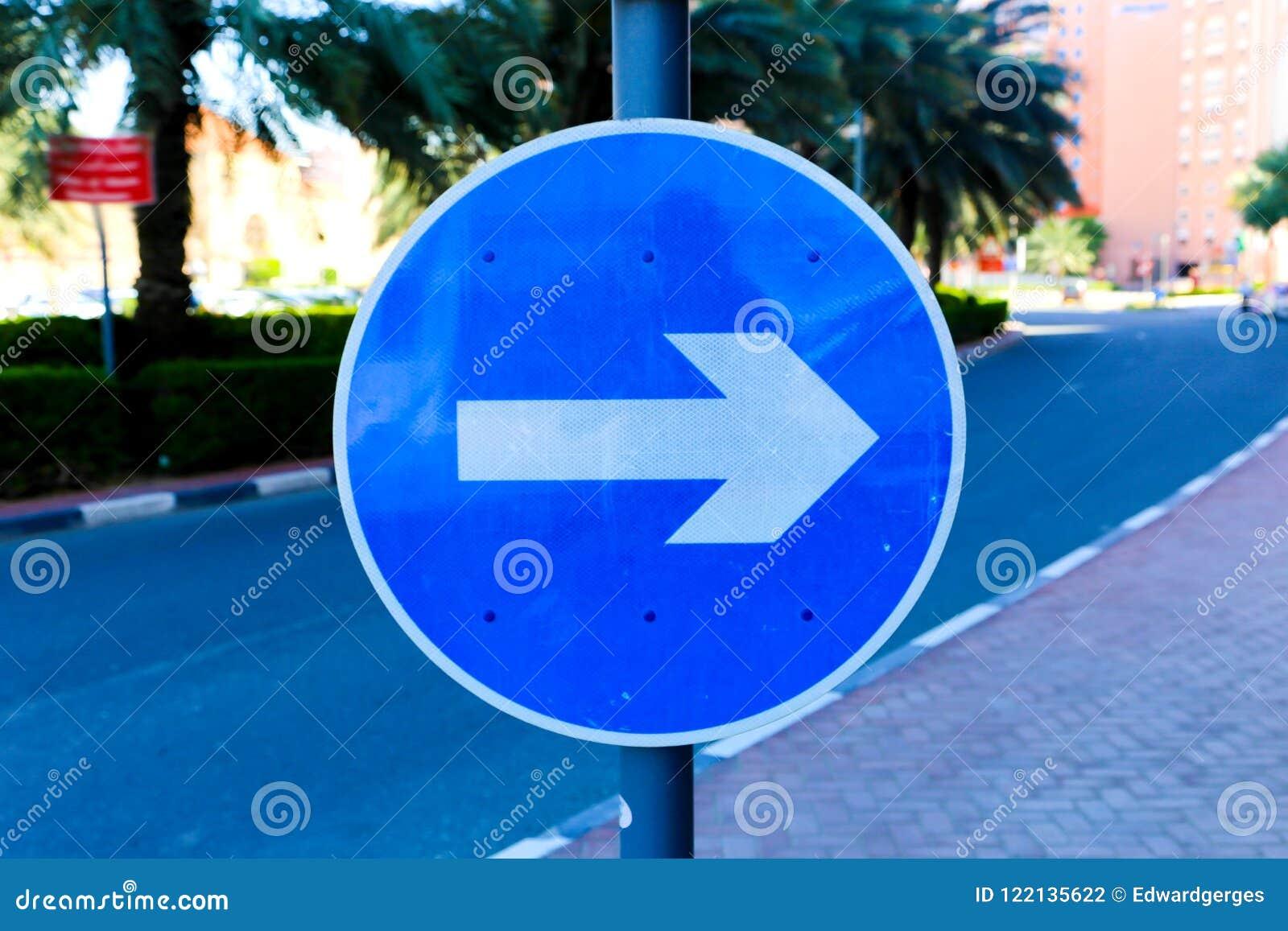Straßenrichtungs-Blauzeichen