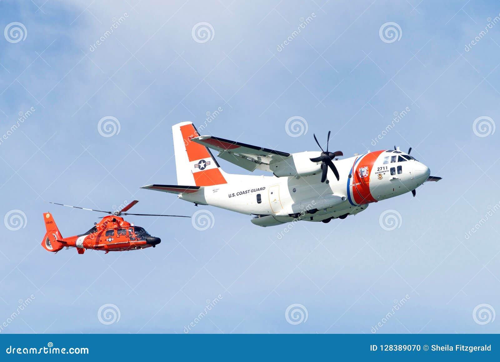 Straż Przybrzeżna samolotu i helikopteru latanie w pokazie lotniczym